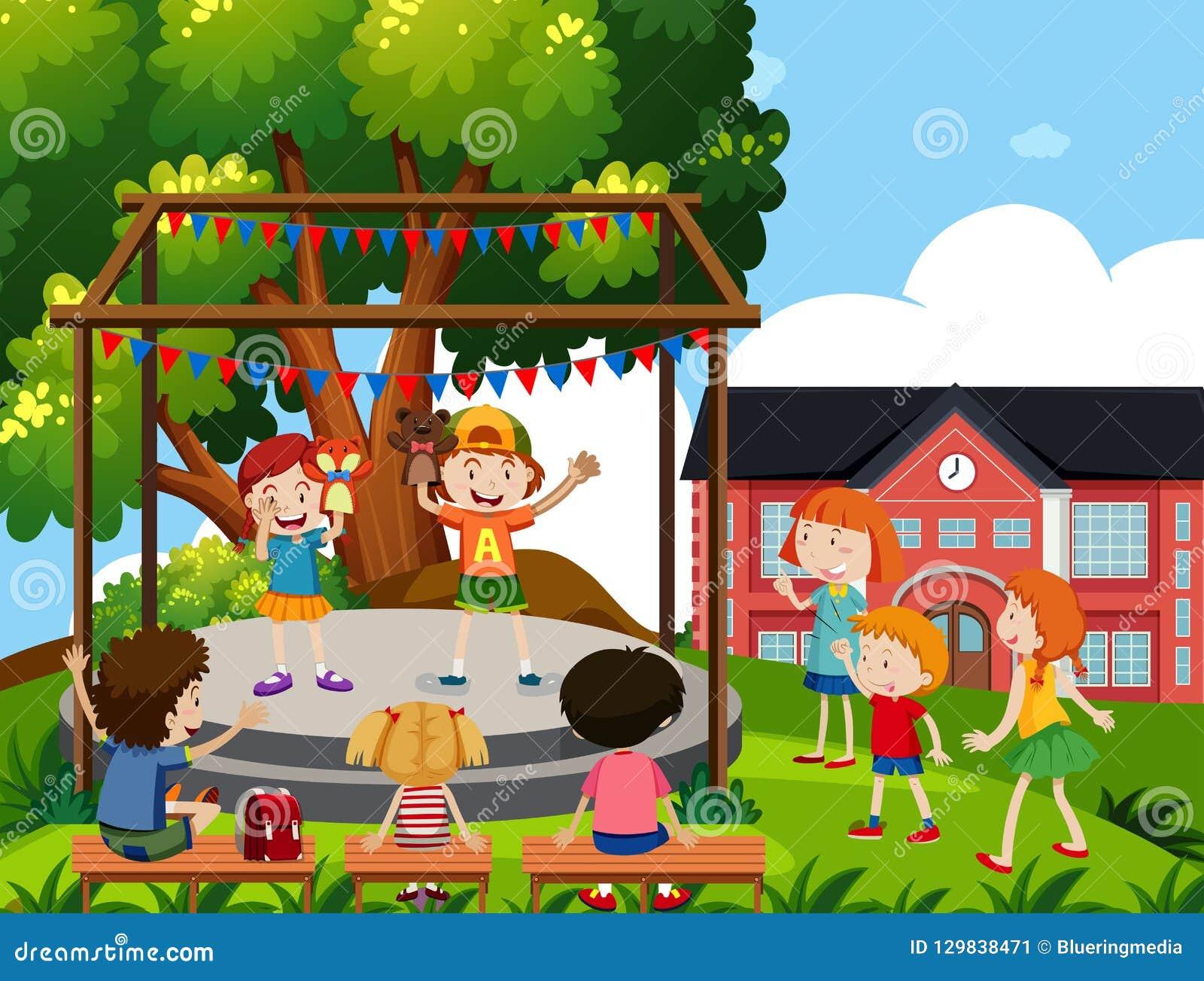 Dzieci wykonują kukiełkowego przedstawienie przy szkołą