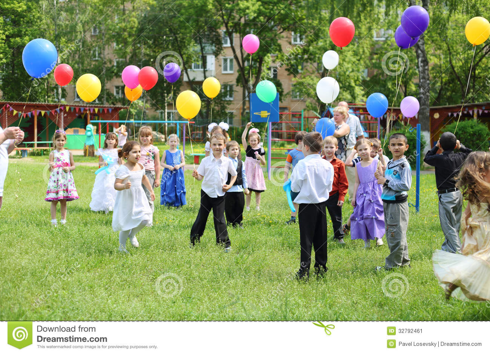Dzieci z balonami w dziecinu 1042