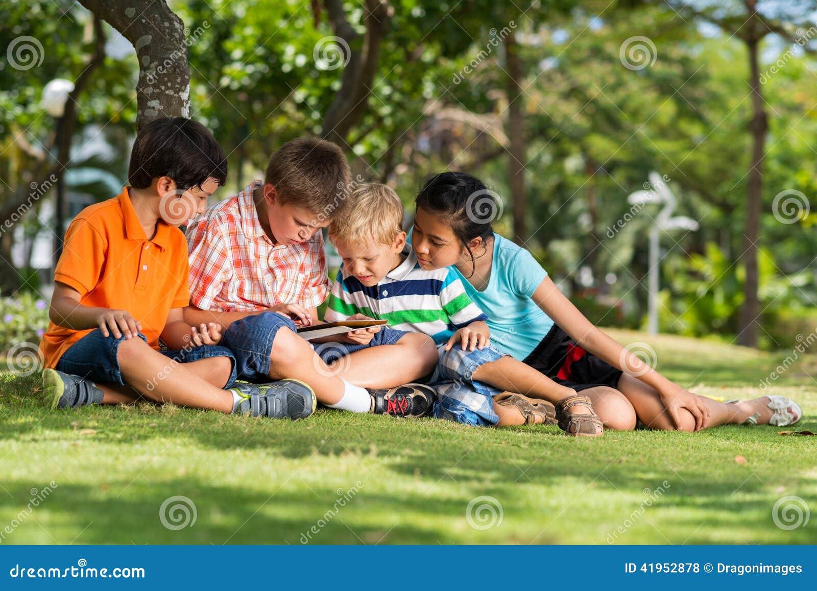 Dzieci z cyfrową pastylką