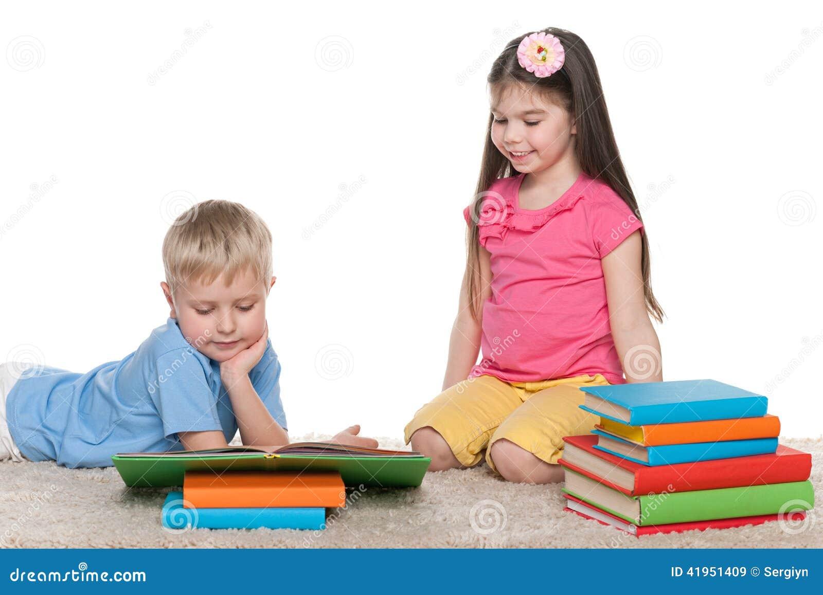 Dzieci z książkami na podłoga