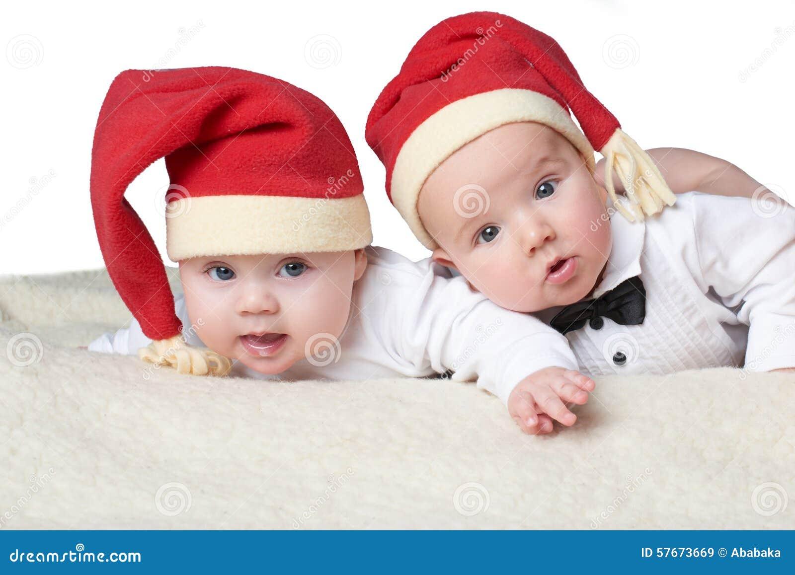 Dzieci z Santa kapeluszami na jaskrawym tle