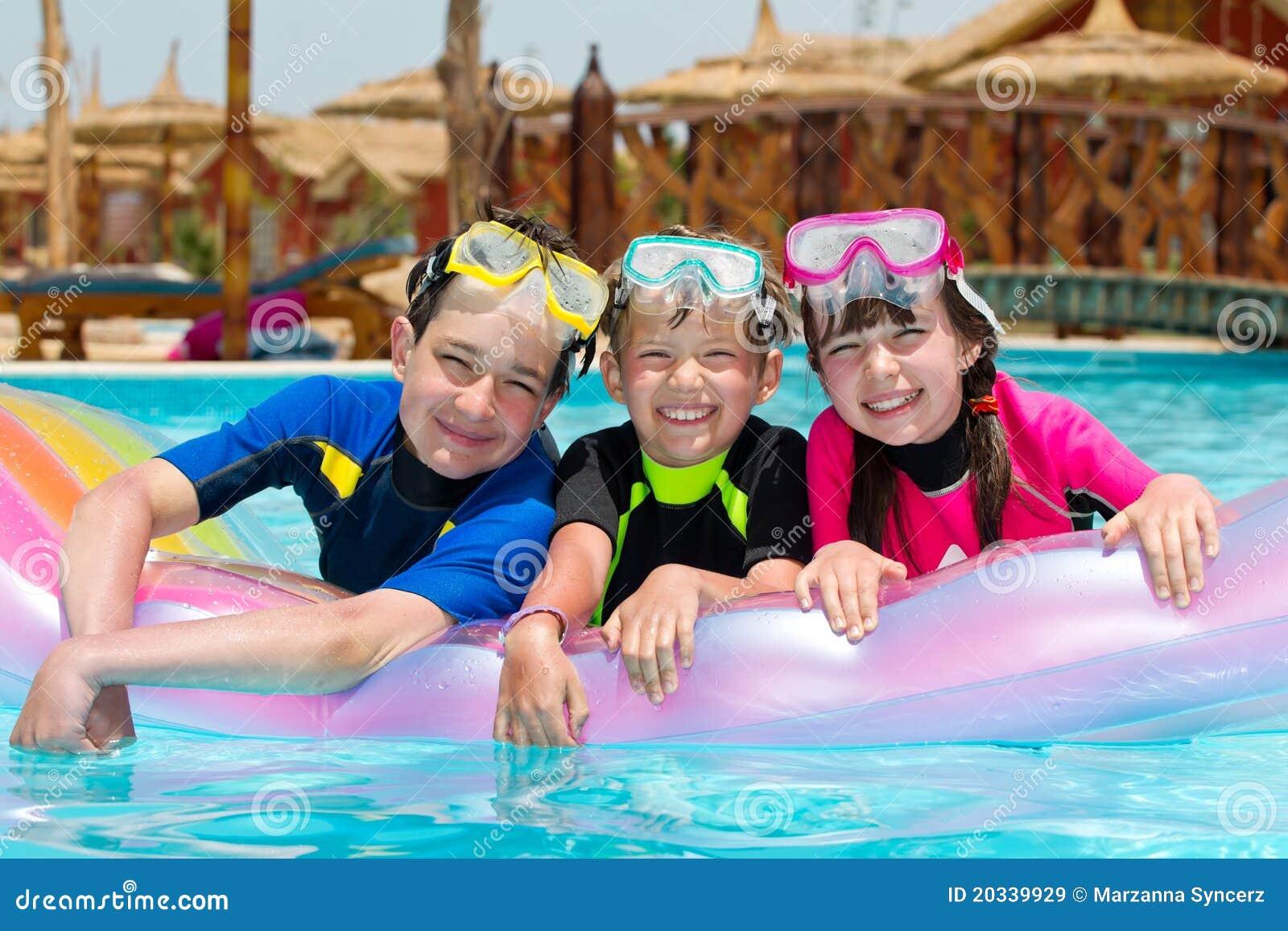 Dzieciaków basenu dopłynięcie