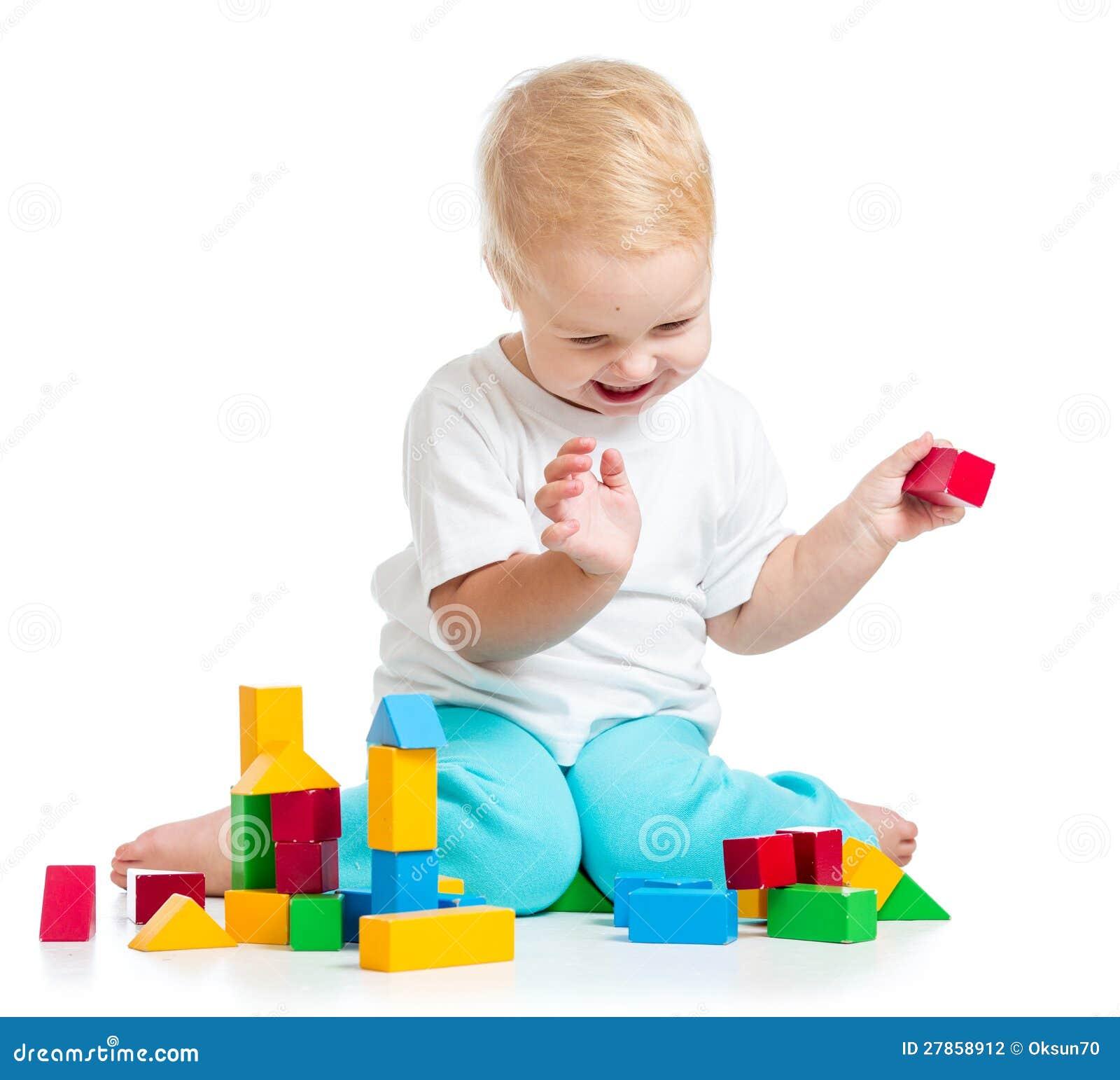 Dzieciak bawić się zabawkarskich bloki na biały tle