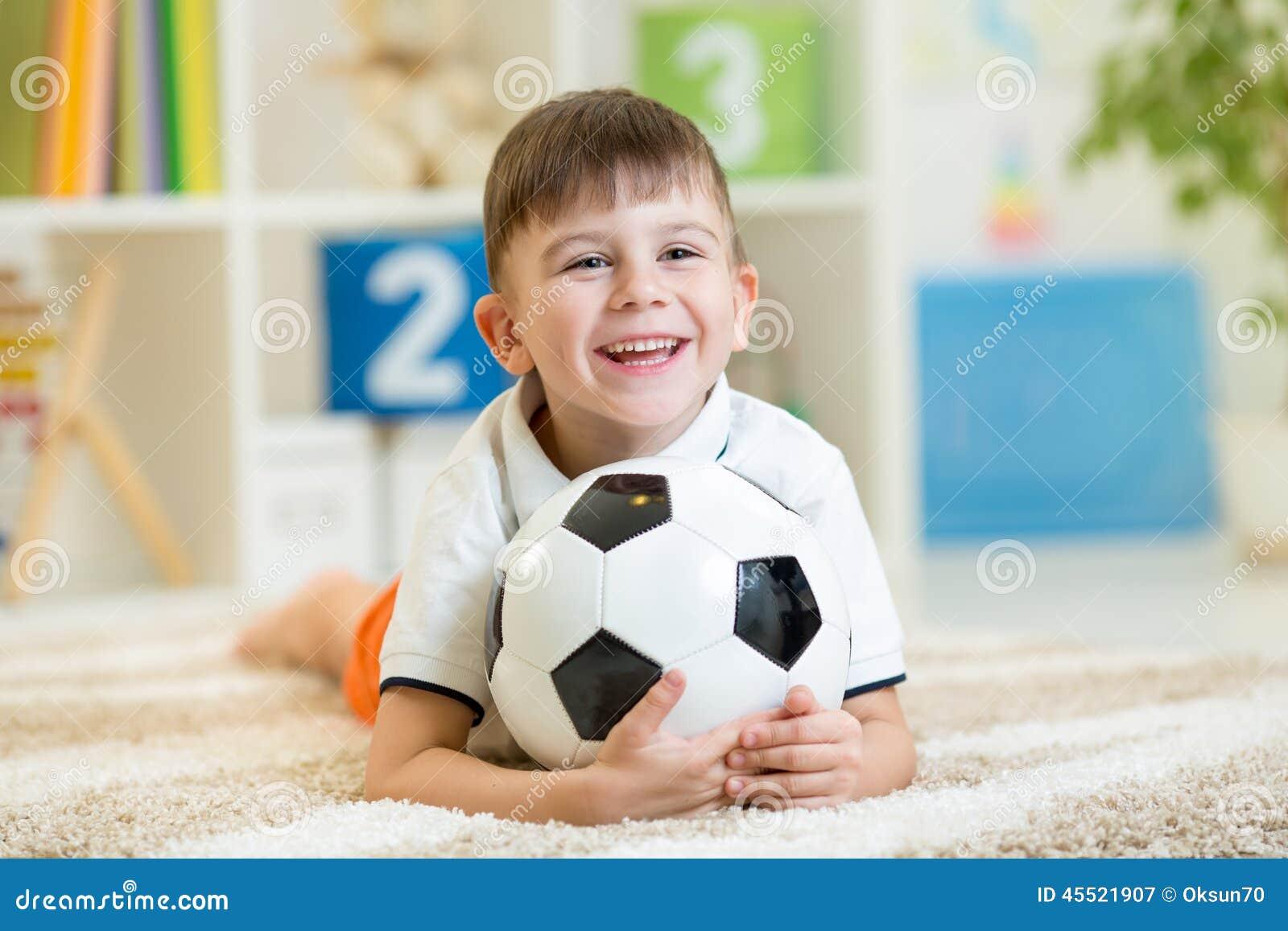 Dzieciak chłopiec z nożny balowy salowym