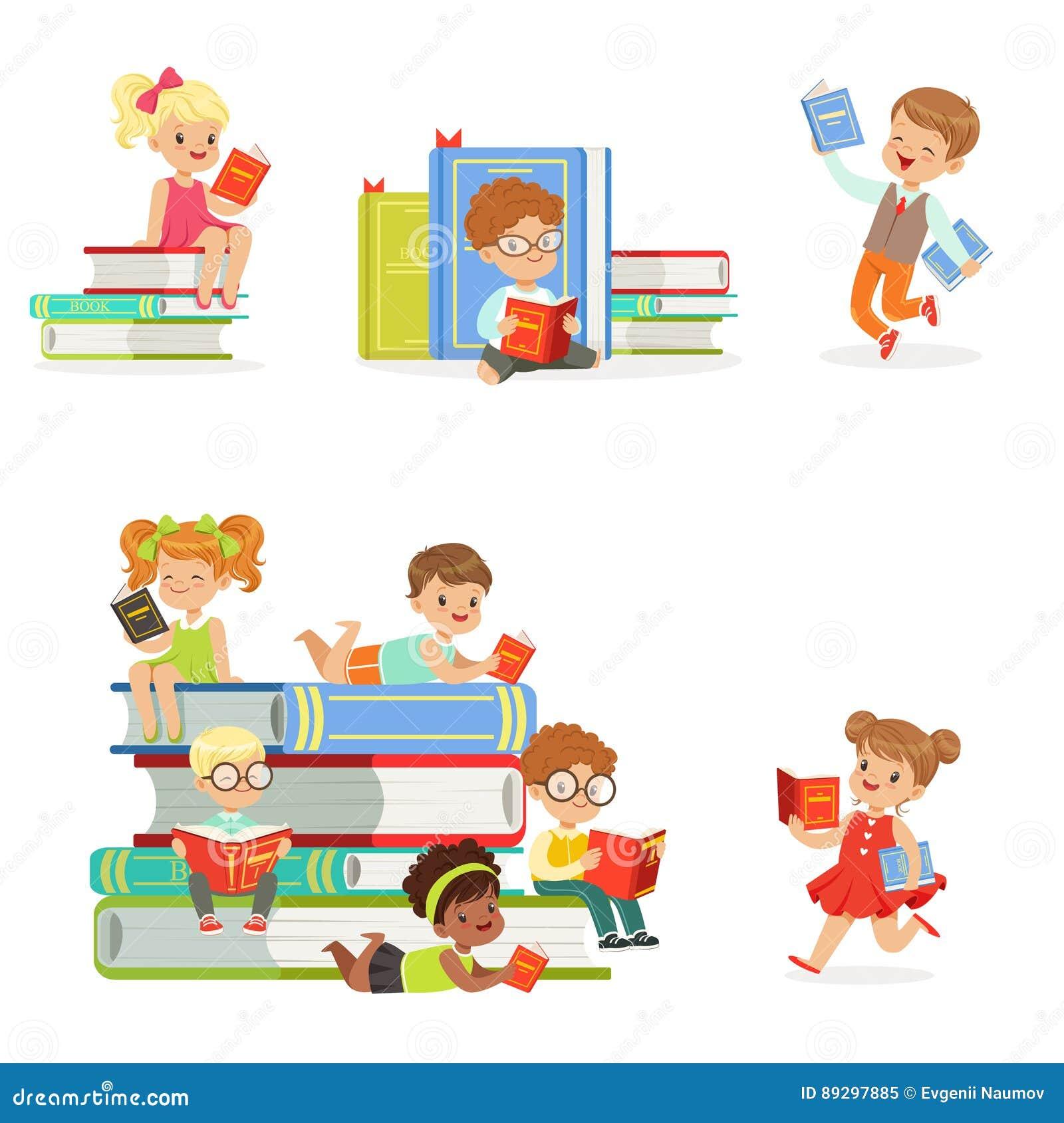 Dzieciak Czytelnicze książki I Cieszyć się literatura Ustawiająca Śliczne chłopiec I dziewczyny Kocha Czytać obsiadanie I Kłaść O