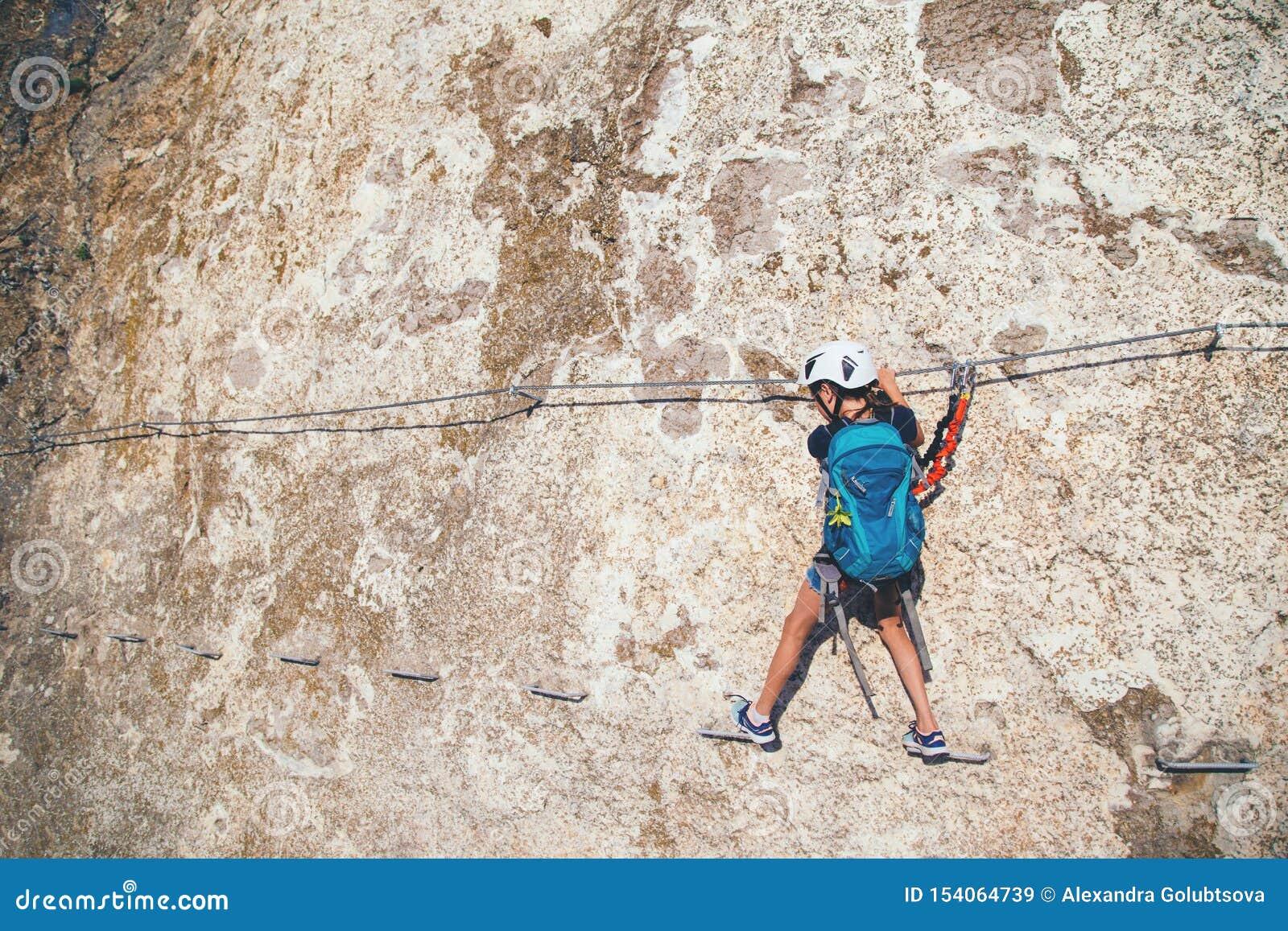 Dzieciak dziewczyny wspinaczkowa góra
