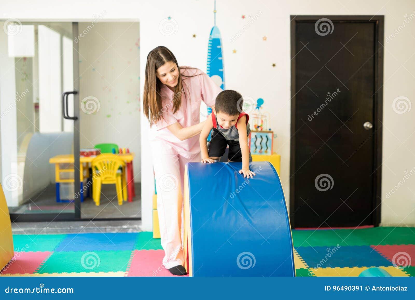Dzieciak iść i przeszkoda kurs
