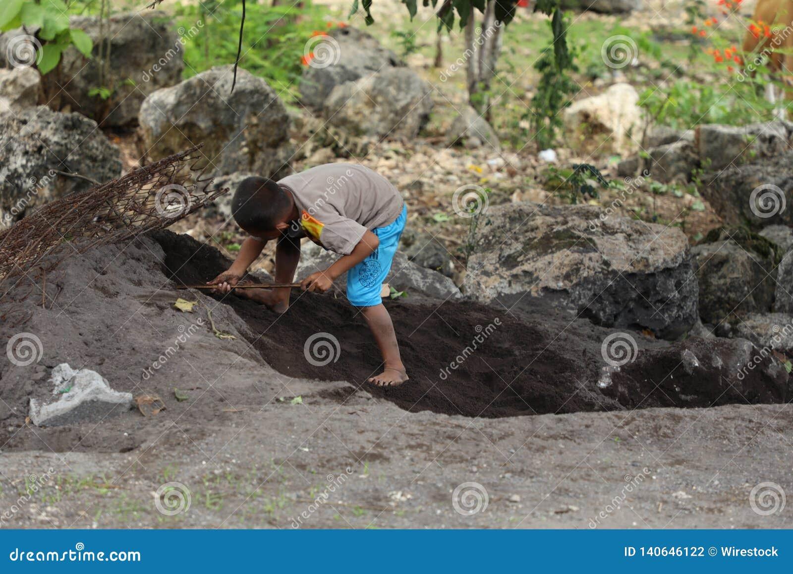 Dzieciak kopie dziury