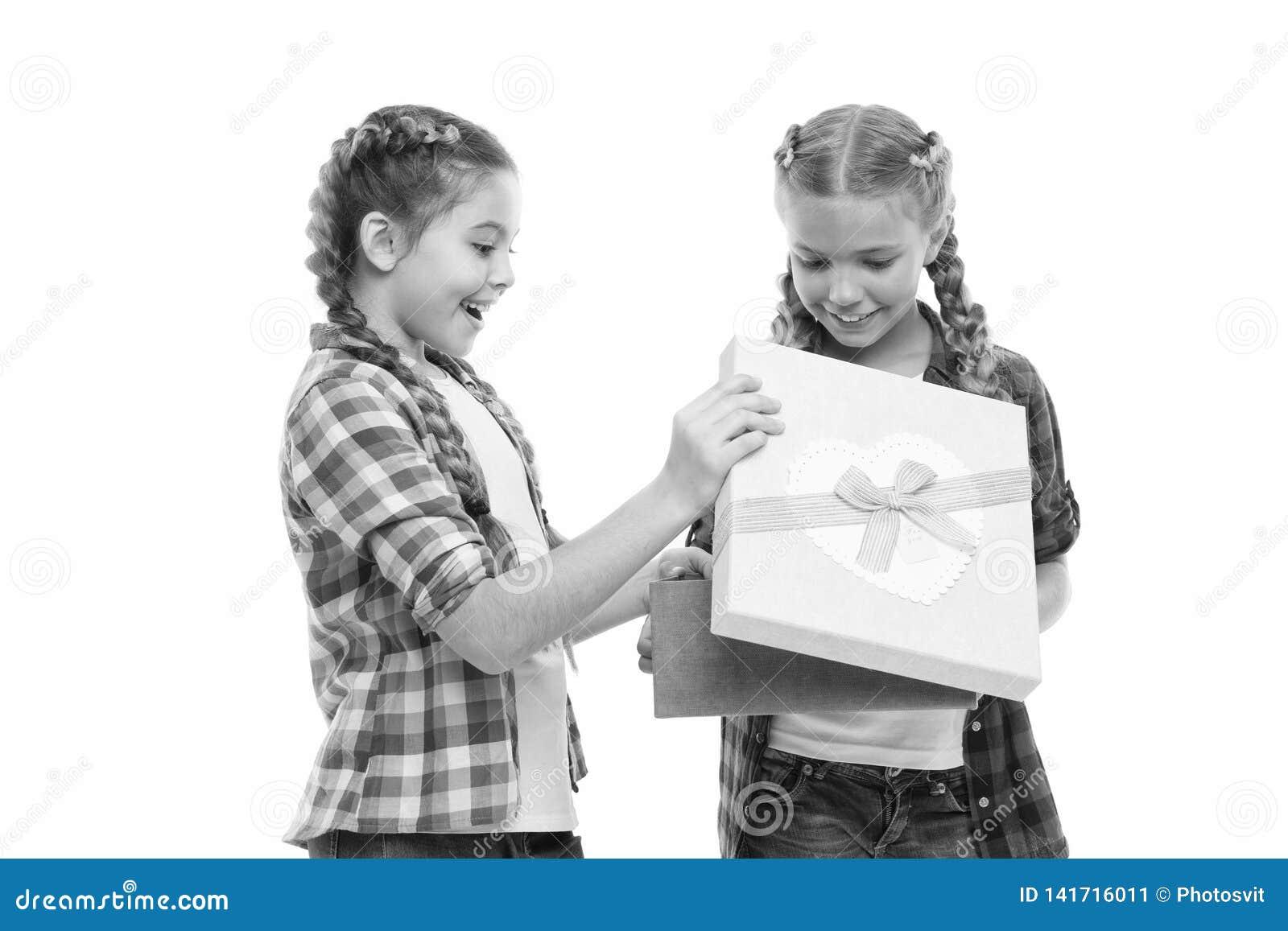 Dzieciak małe dziewczynki z warkocz fryzurą trzymają prezenta pudełko Dzieci z podnieceniem o odpakowanie prezencie Małe śliczne