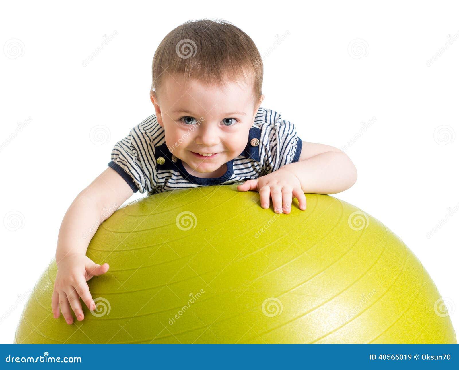 Dzieciak robi sprawności fizycznej ćwiczeniu na sprawności fizycznej piłce