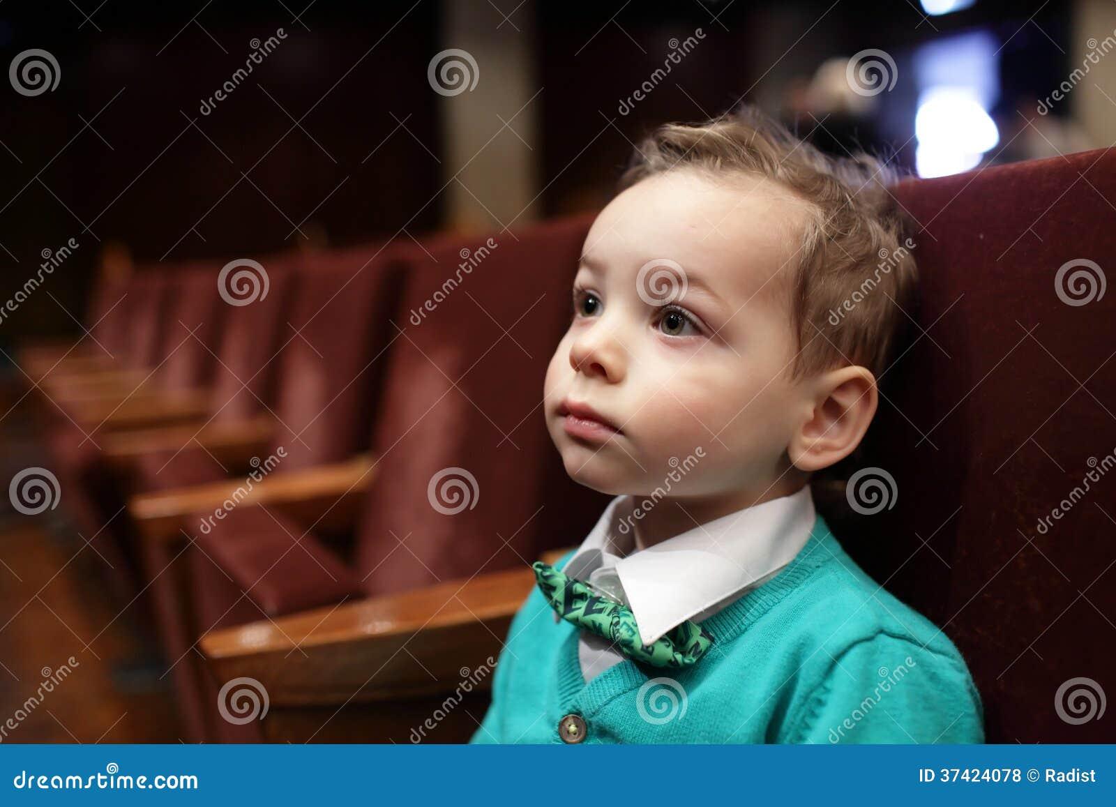 Dzieciak słucha muzyka