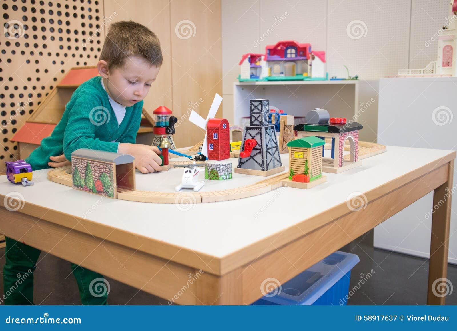 Dzieciak sztuki z zabawkami