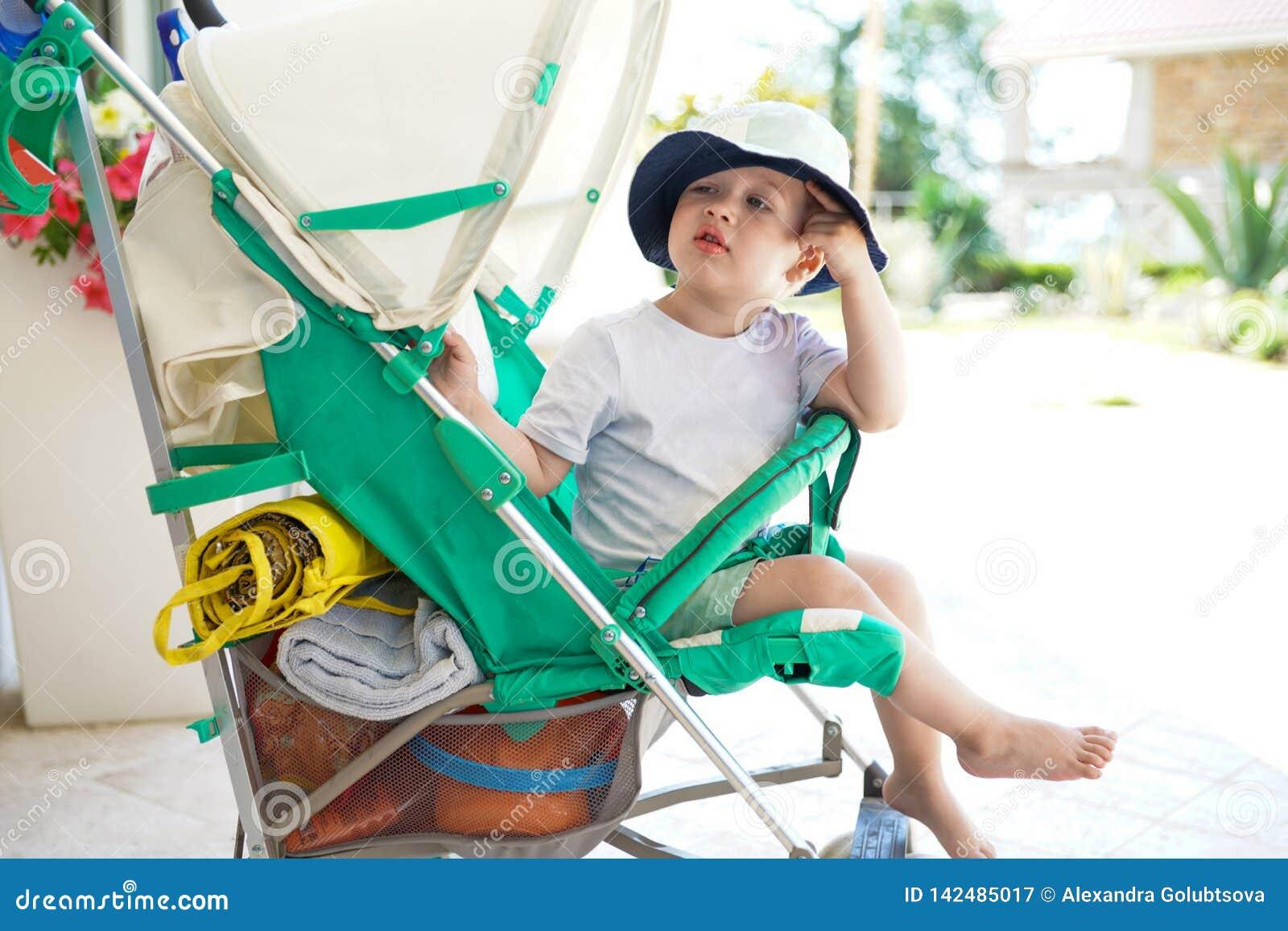 Dzieciak w dziecka przespacerowaniu