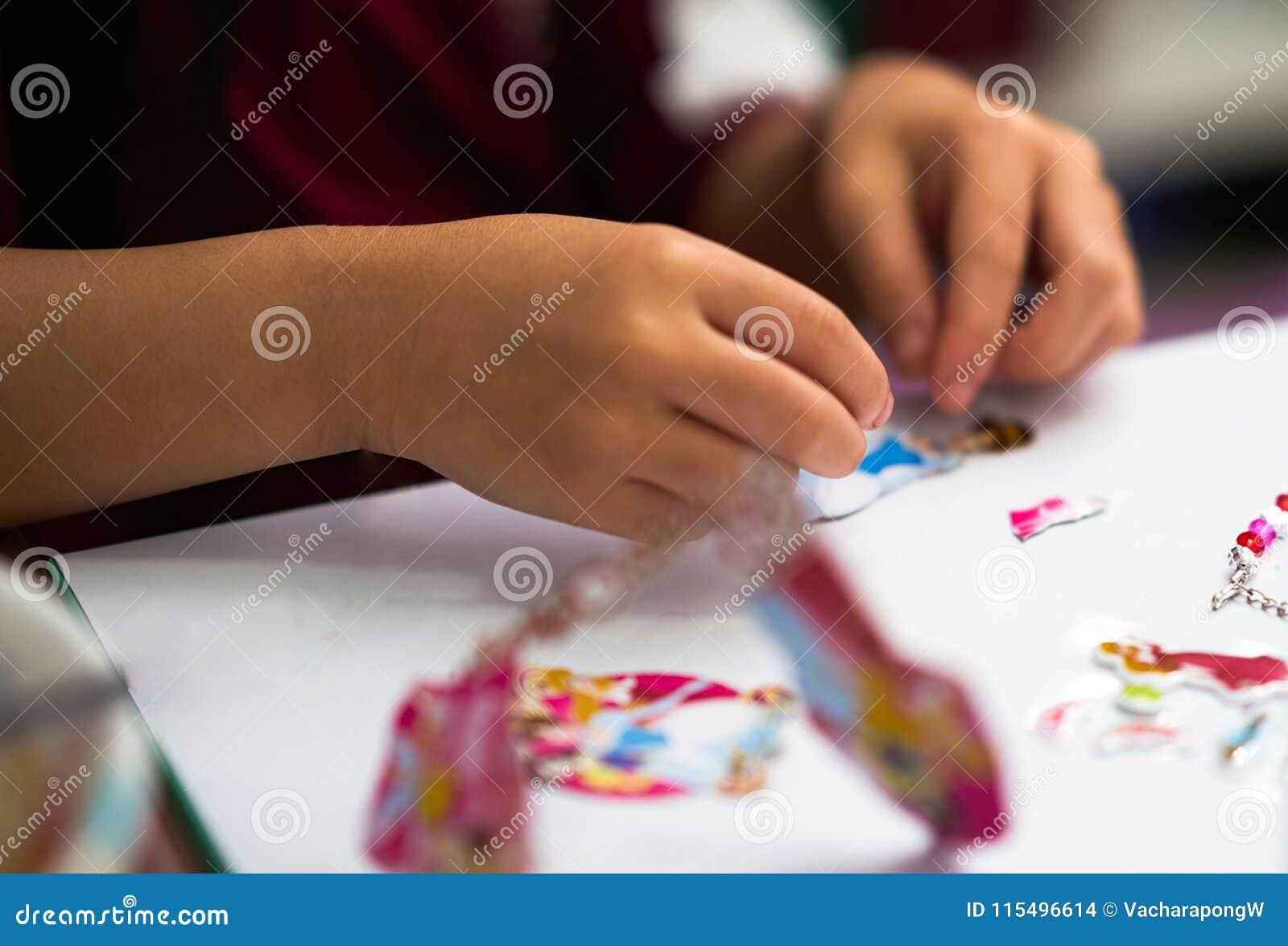 Dzieciak wręcza widok, bawić się majcheru kreskówki zabawka