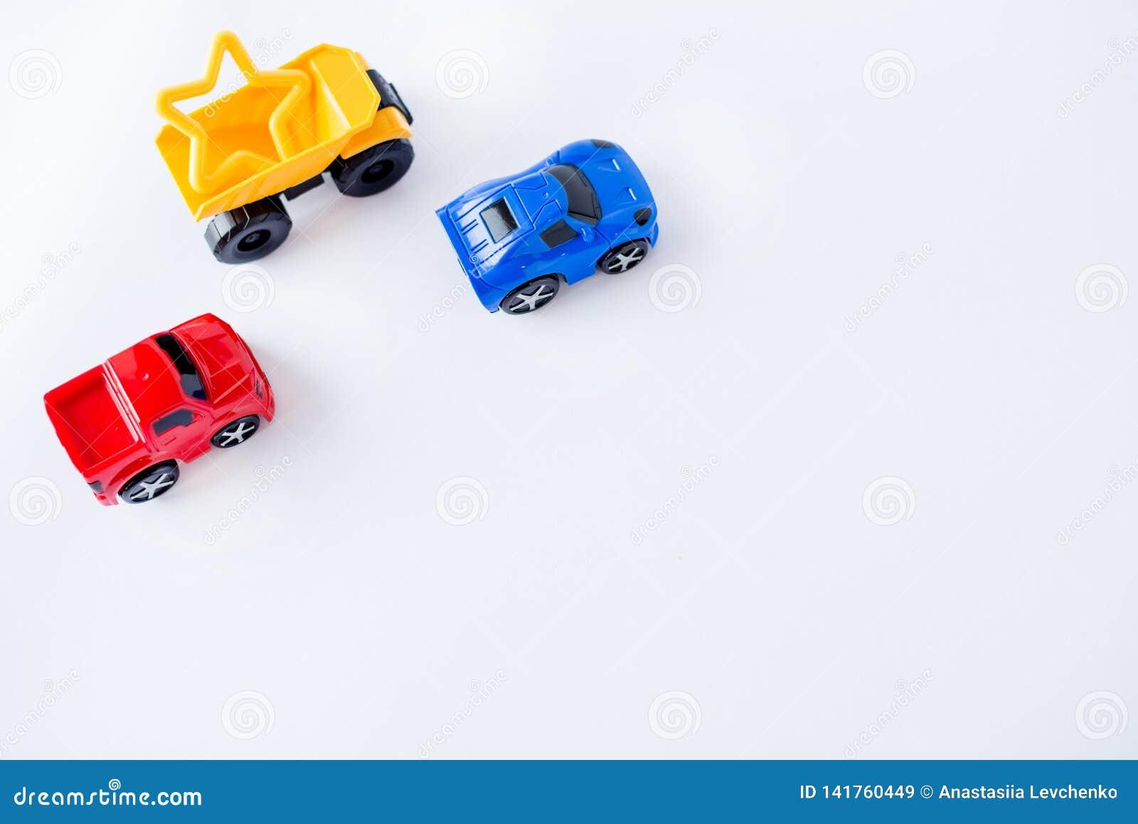 Dzieciak zabawek samochodów rama na białym tle Odgórny widok Mieszkanie nieatutowy Odbitkowa przestrzeń dla teksta