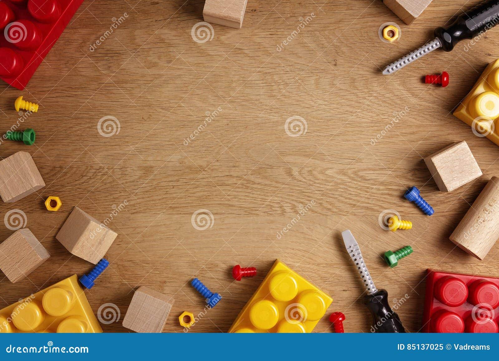 Dzieciak zabawek tło Kolorowi zabawek narzędzia, budowa bloki i cubeson drewniany stół, Odgórny widok Mieszkanie nieatutowy kosmo