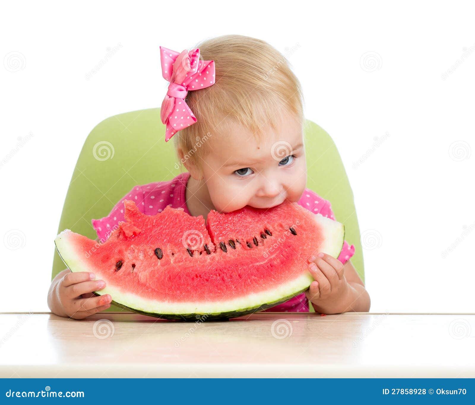 Dzieciaka łasowania arbuz na biel