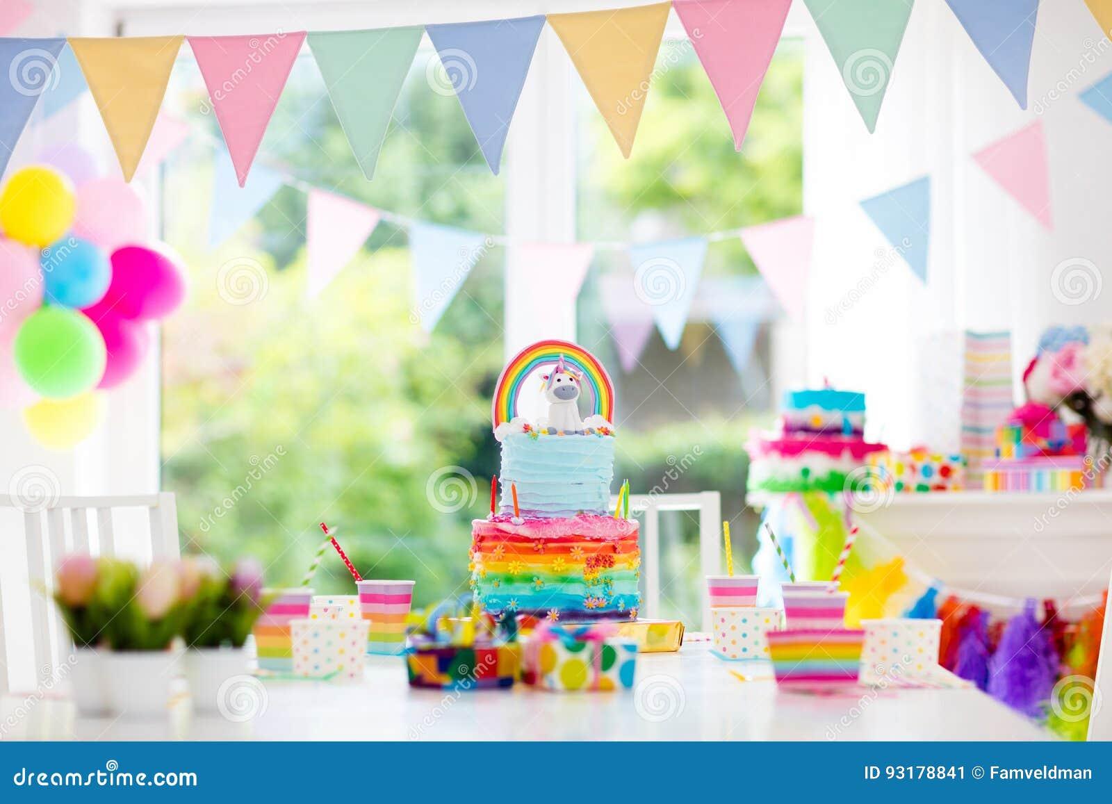 Dzieciaka przyjęcia urodzinowego tort i dekoracja