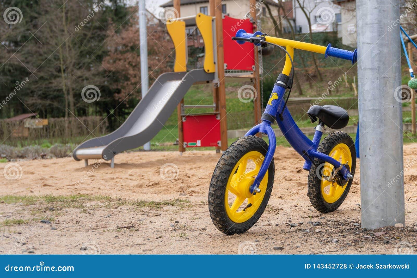 Dzieciaka rower parkujący na boisku
