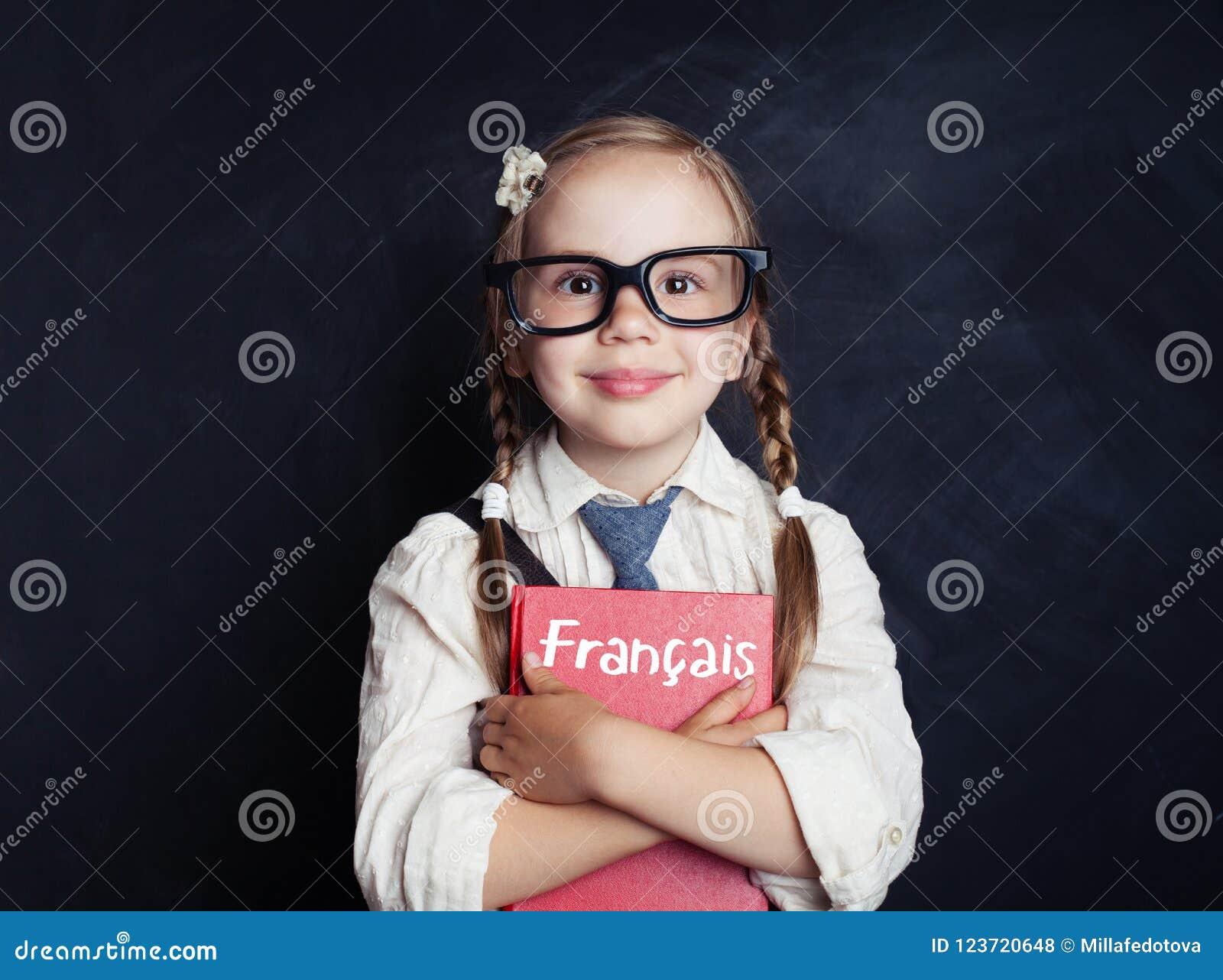 Dzieciaka uczenie francuz w językowej szkole szczęśliwy mały dziewczyny