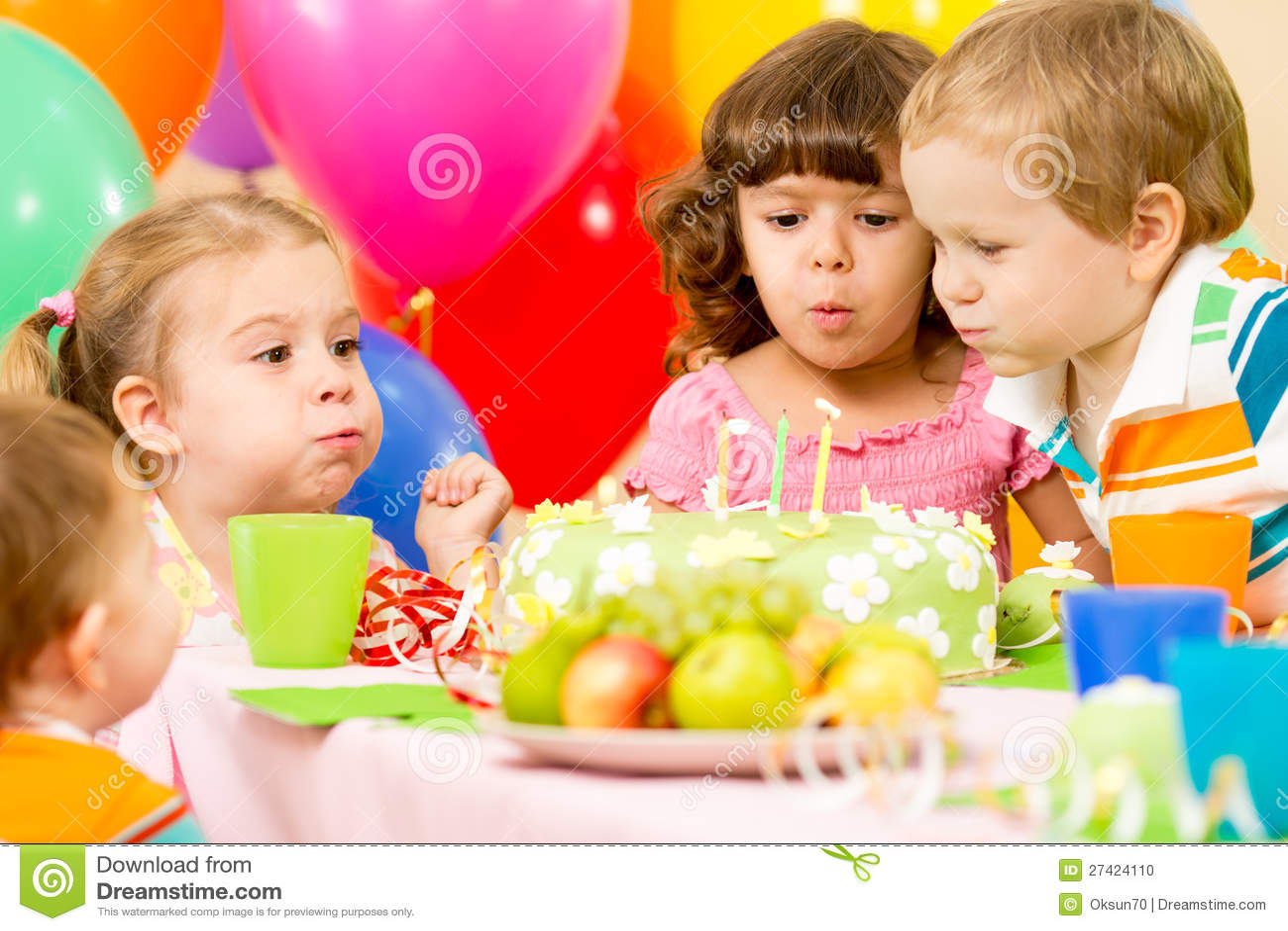 Dzieciaki świętują na torcie urodzinowe podmuchowe świeczki