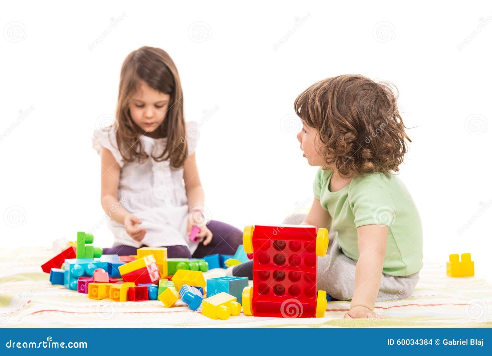 Dzieciaki bawić się z cegieł zabawkami