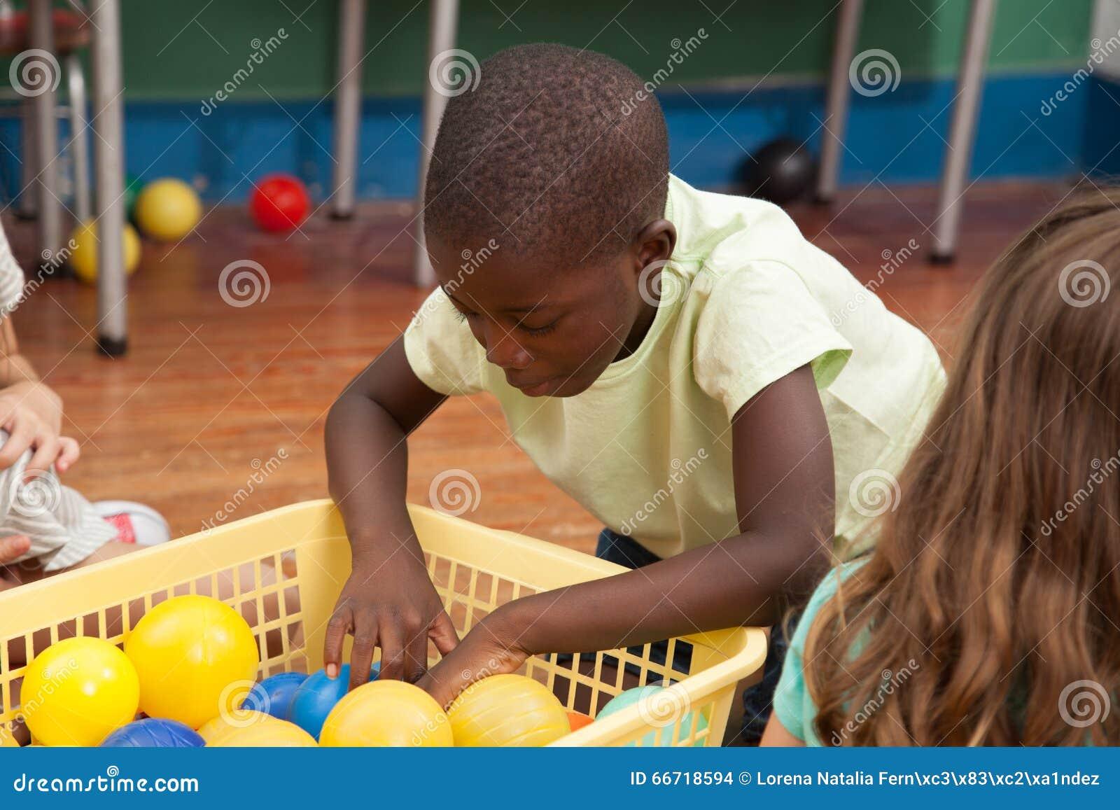 Dzieciaki bawić się z klingeryt piłkami