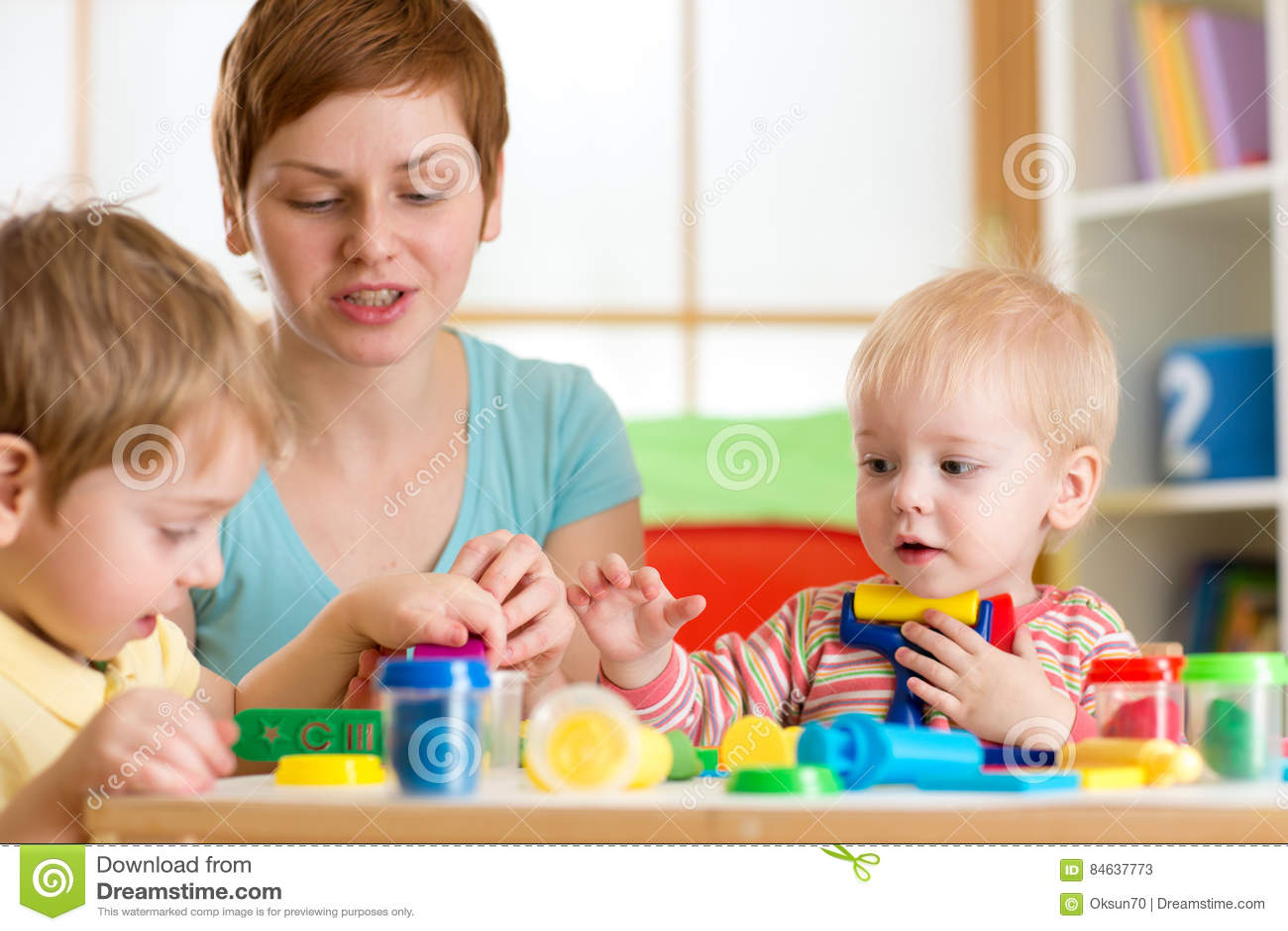 Dzieciaki bawić się z sztuki gliną, dziecinem lub playschool w domu,