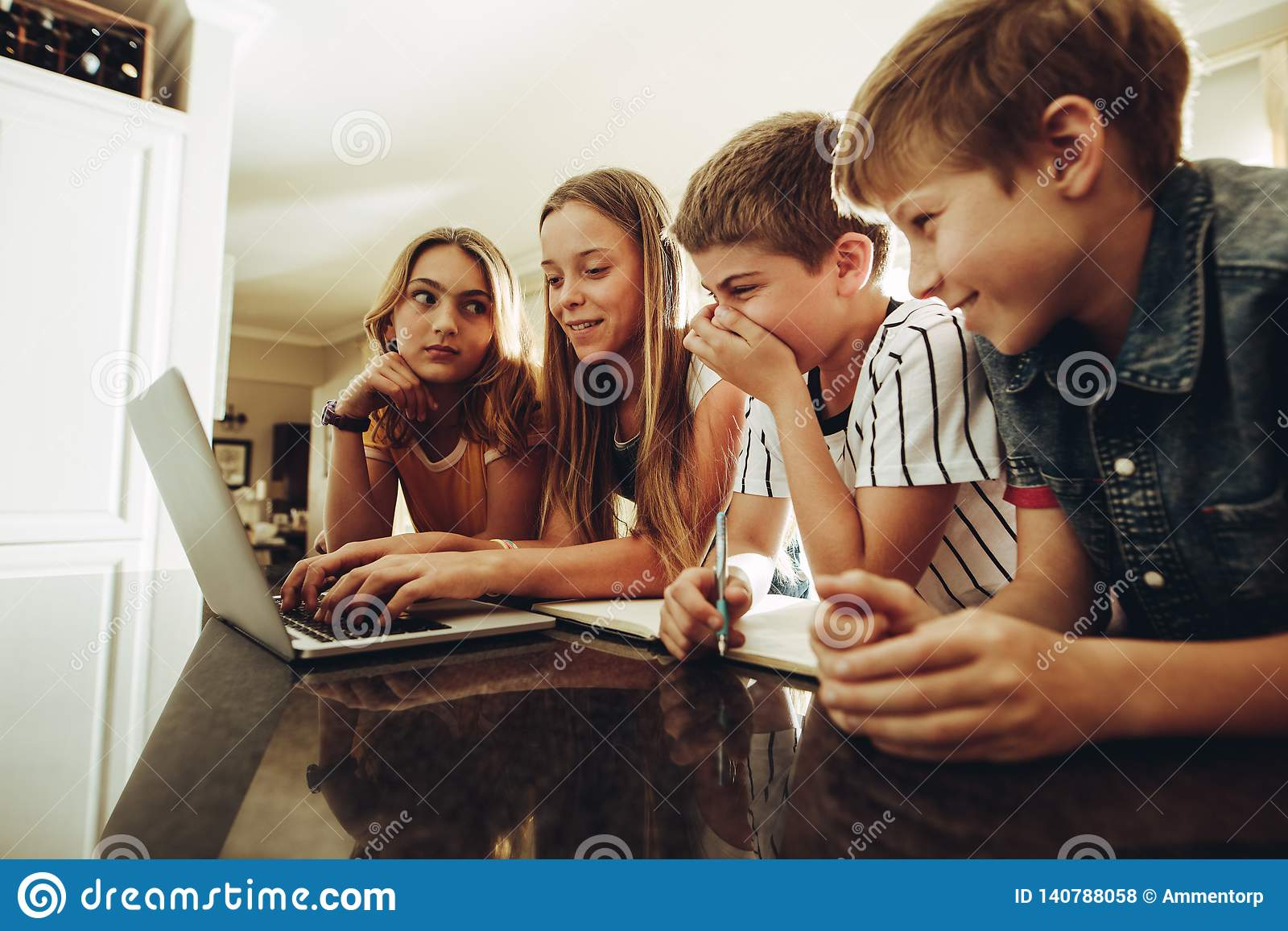 Dzieciaki dzieli wiedzę używać technologię