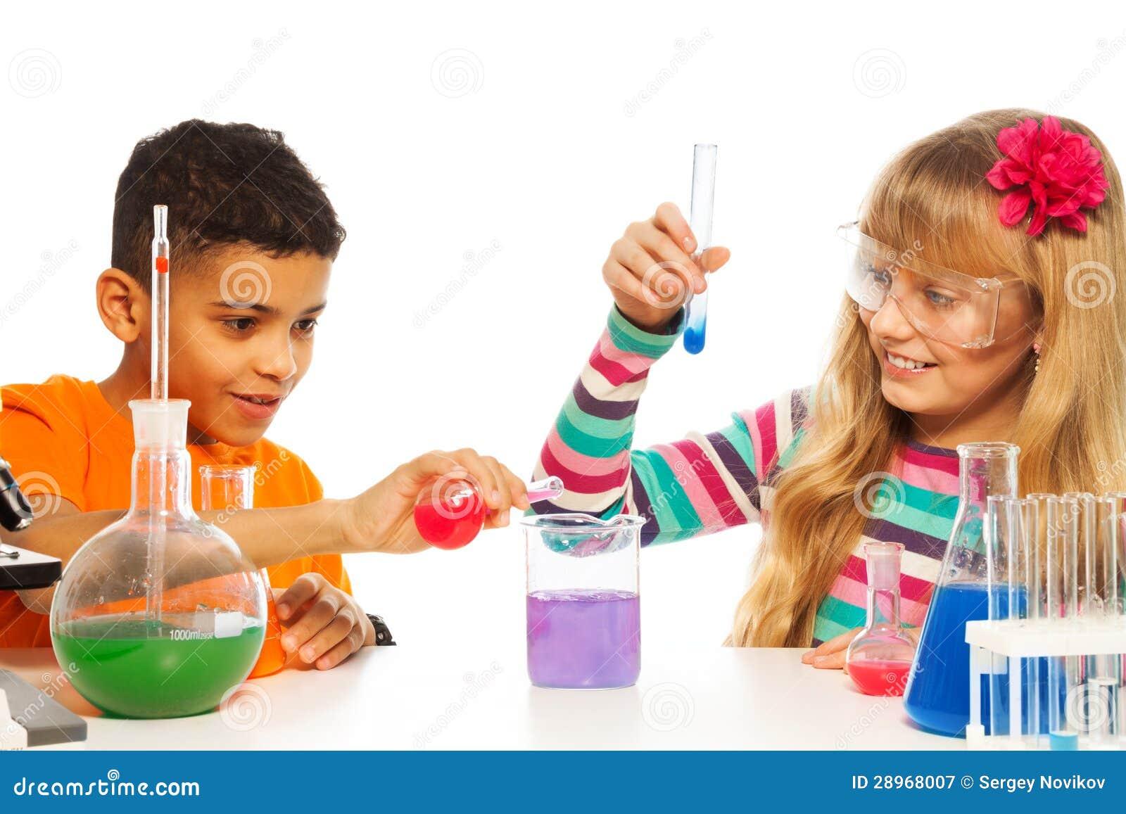 Dzieciaki eksperymentuje w chemii