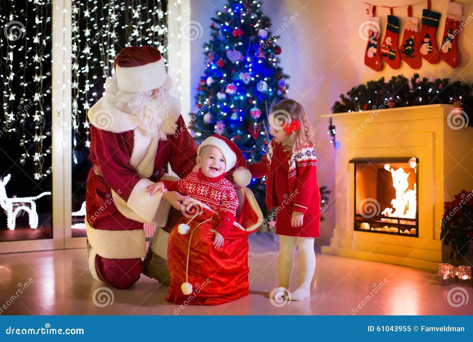 Dzieciaki i Santa otwiera Bożenarodzeniowe teraźniejszość