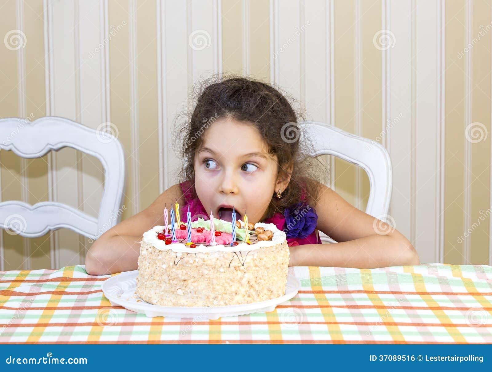 Download Dzieciaki jedzą tort zdjęcie stock. Obraz złożonej z ogród - 37089516