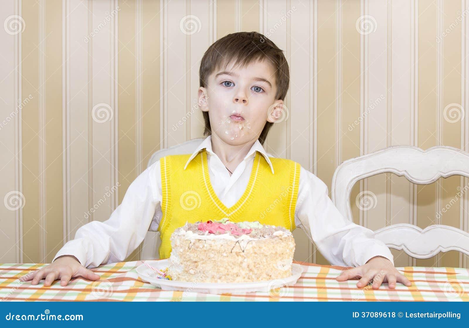Download Dzieciaki jedzą tort zdjęcie stock. Obraz złożonej z tort - 37089618