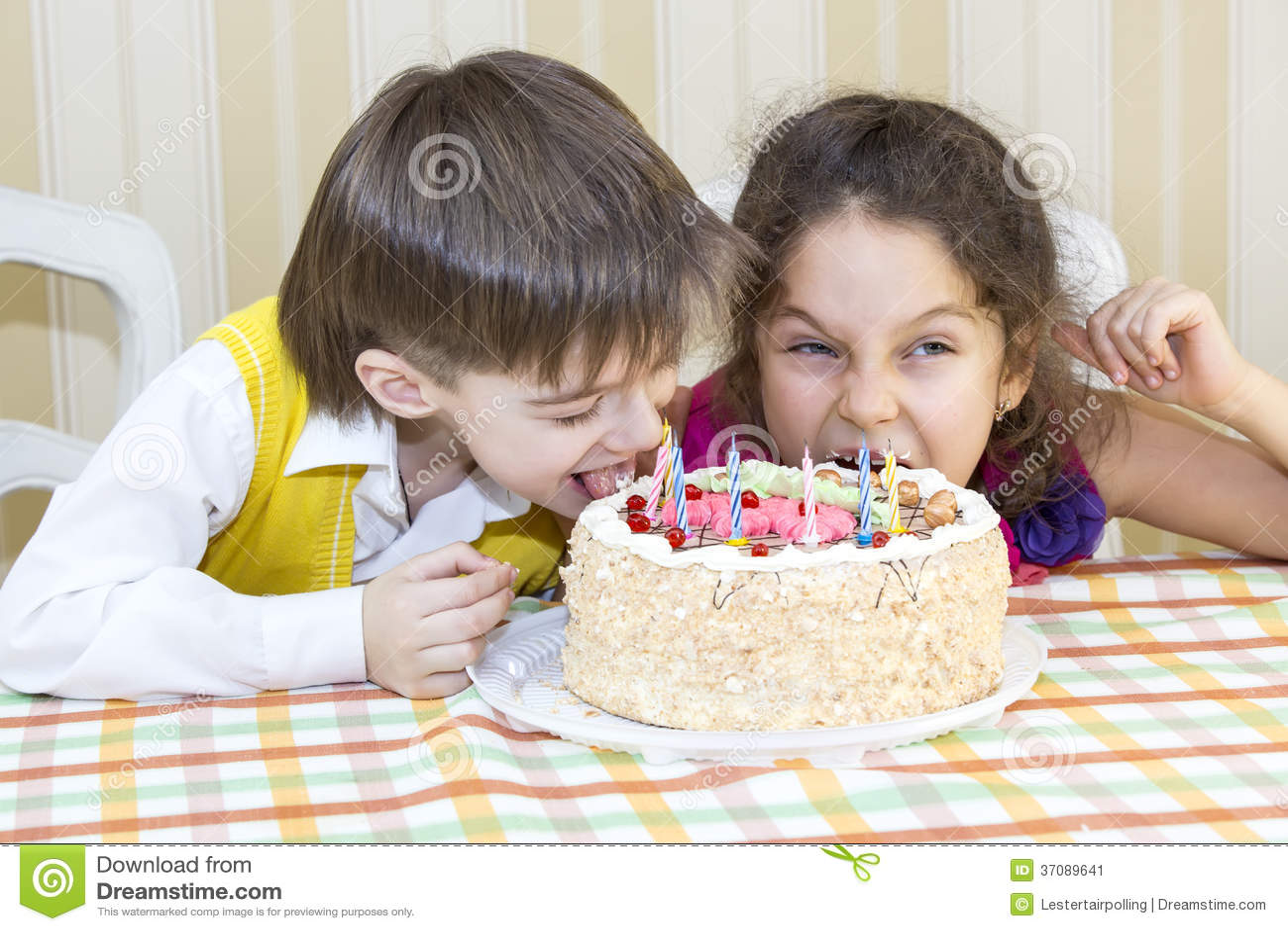 Download Dzieciaki jedzą tort obraz stock. Obraz złożonej z twarz - 37089641