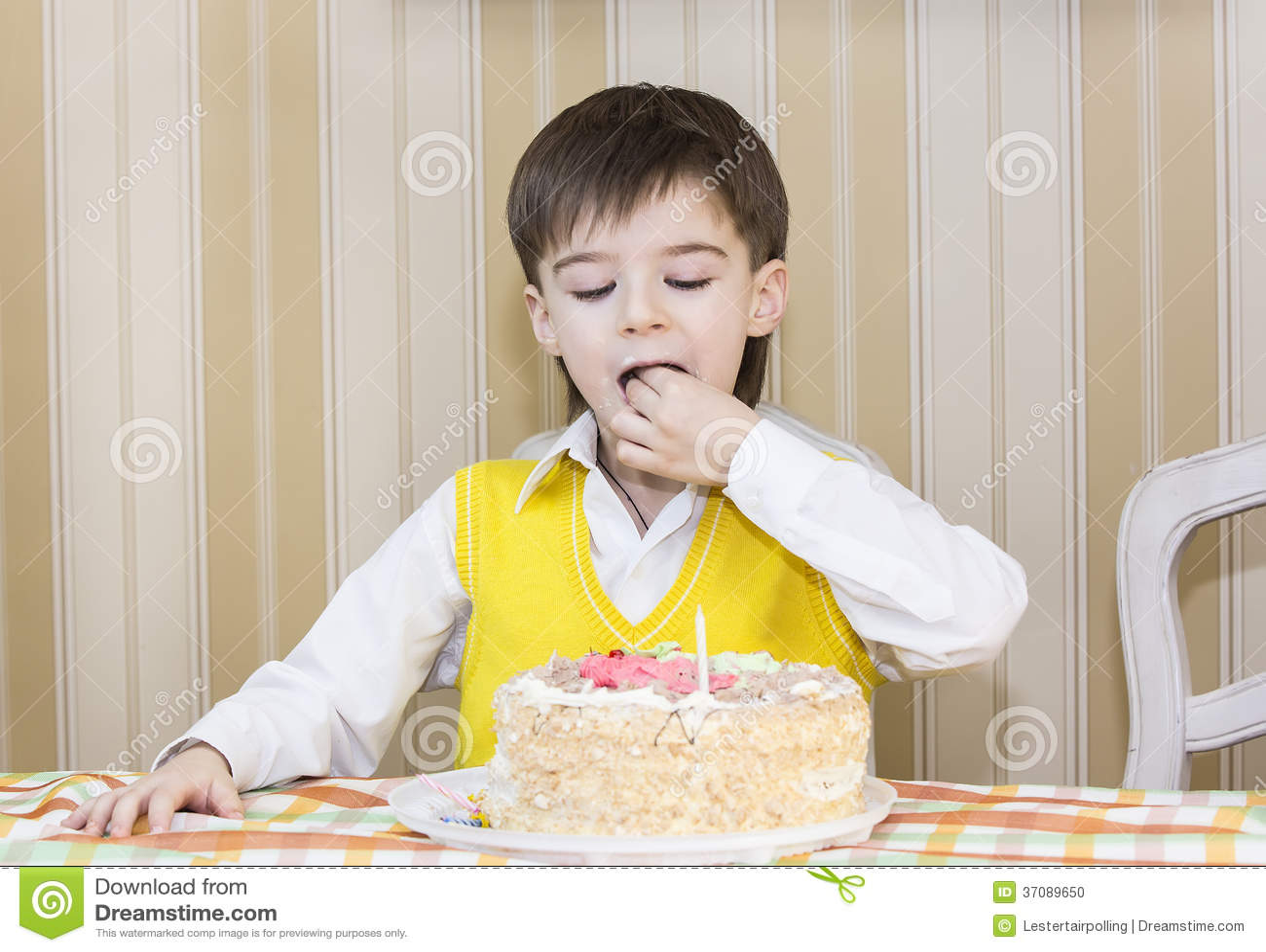Download Dzieciaki jedzą tort zdjęcie stock. Obraz złożonej z twarz - 37089650