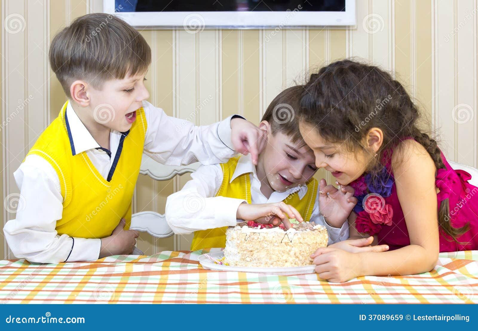 Download Dzieciaki jedzą tort obraz stock. Obraz złożonej z twarz - 37089659