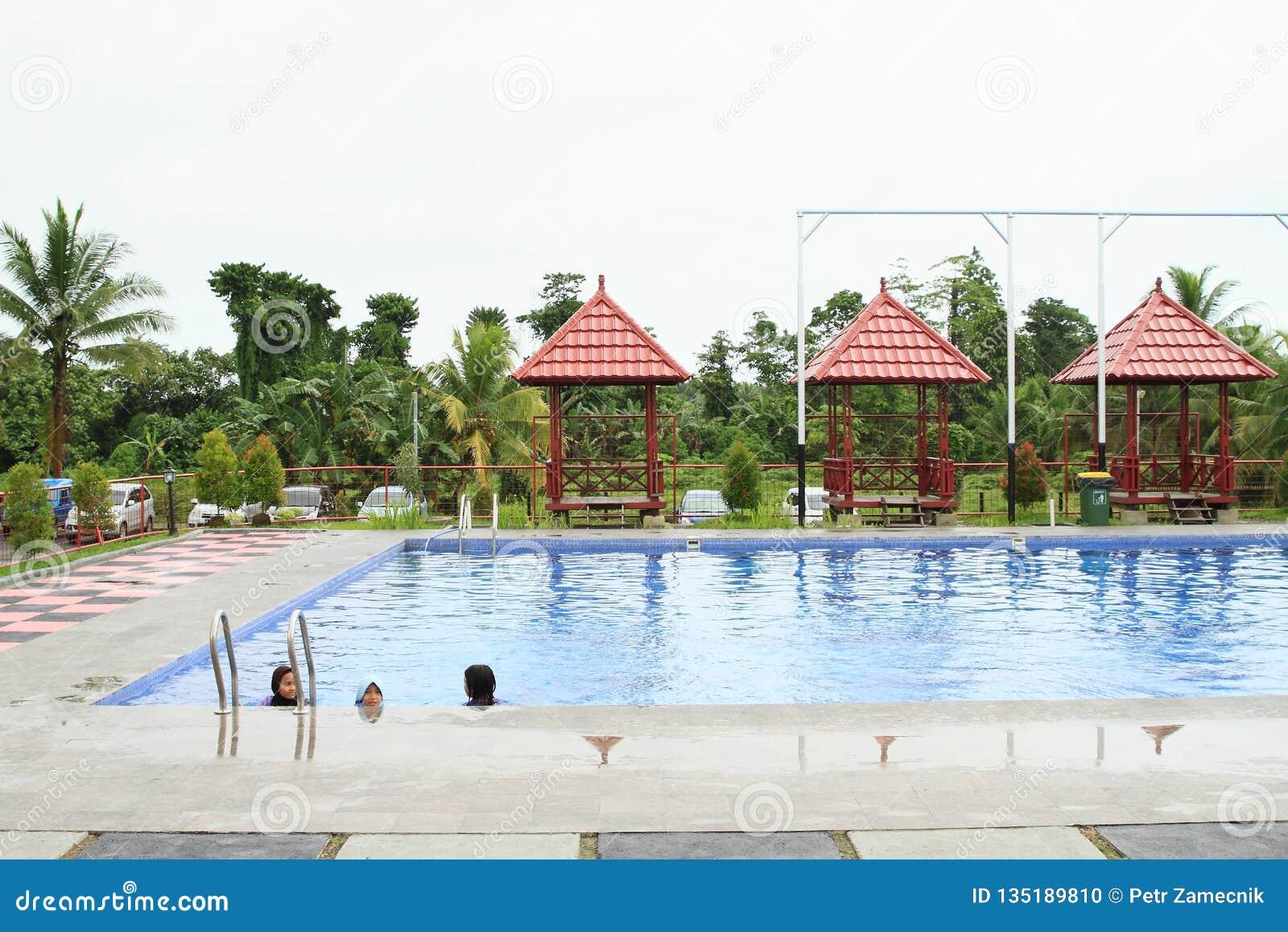 Dzieciaki pływa w odziewają w rozrywka parku Manneken