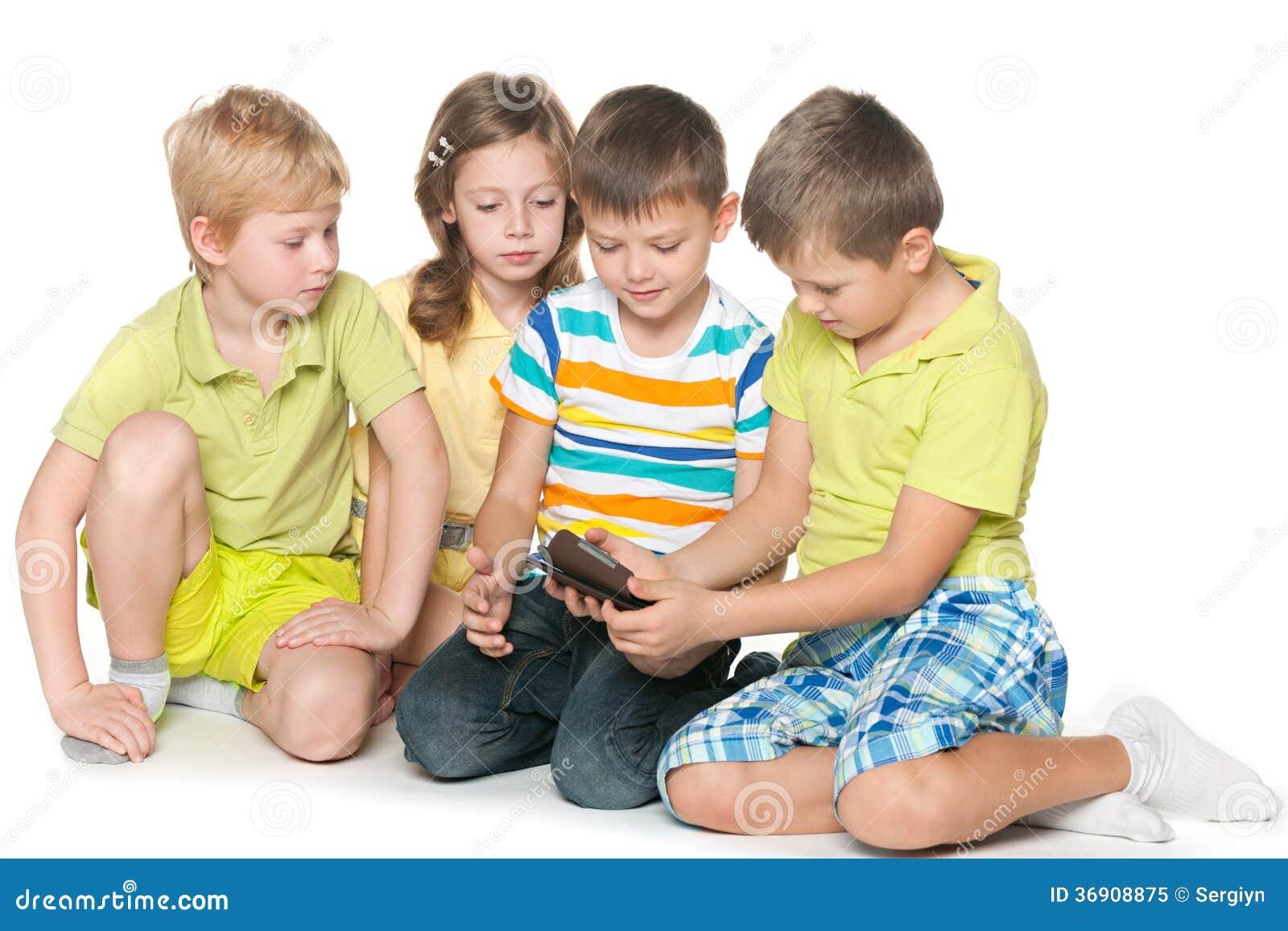 Dzieciaki plaing z nowym gadżetem