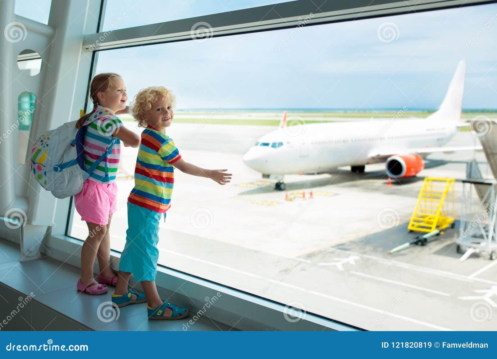 Dzieciaki podróż i komarnica Dziecko przy samolotem w lotnisku