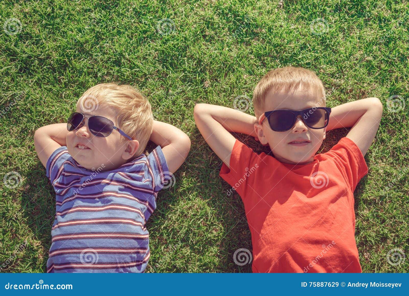 Dzieciaki relaksuje na trawie