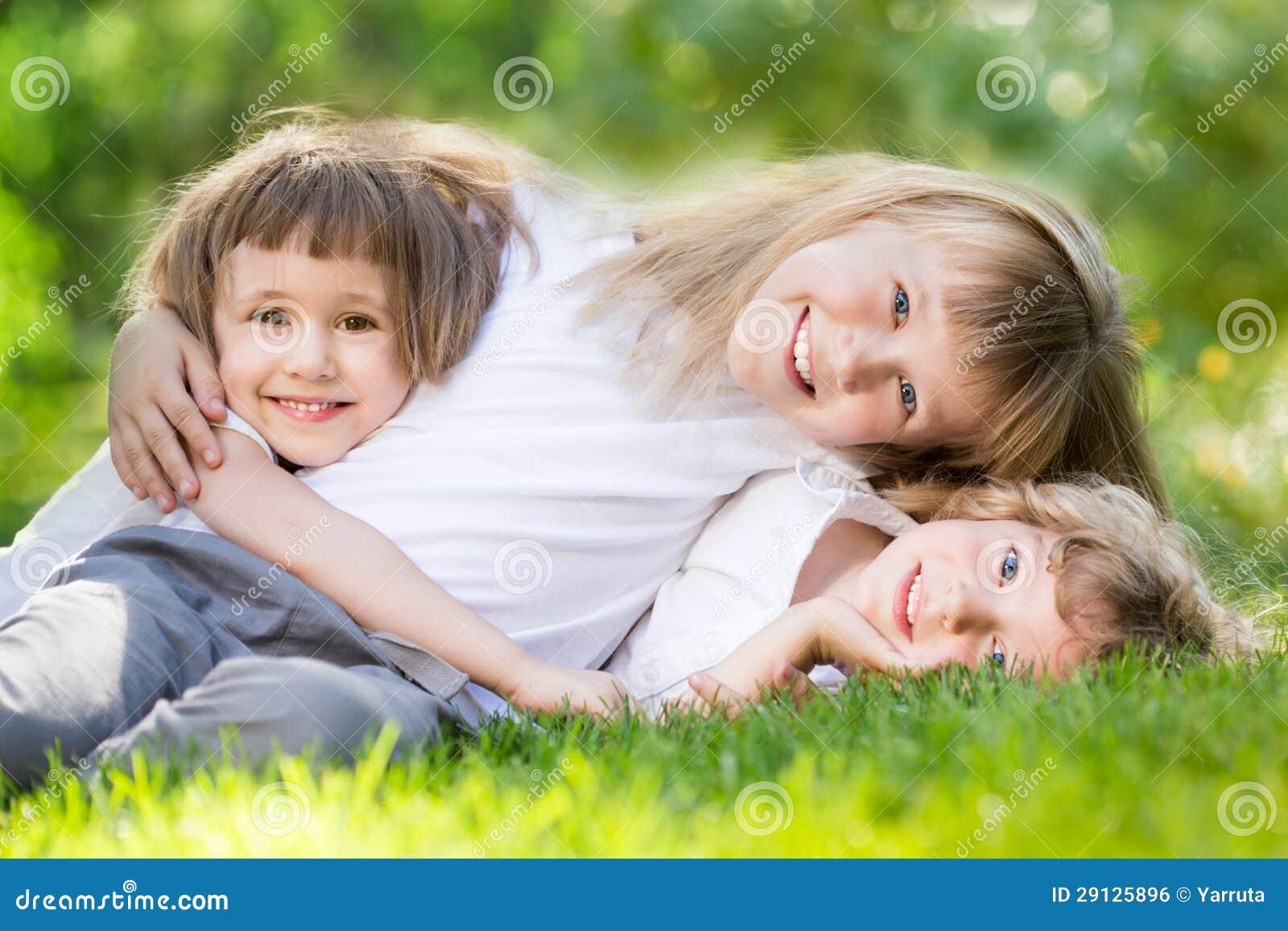 Dzieciaki w wiosna parku