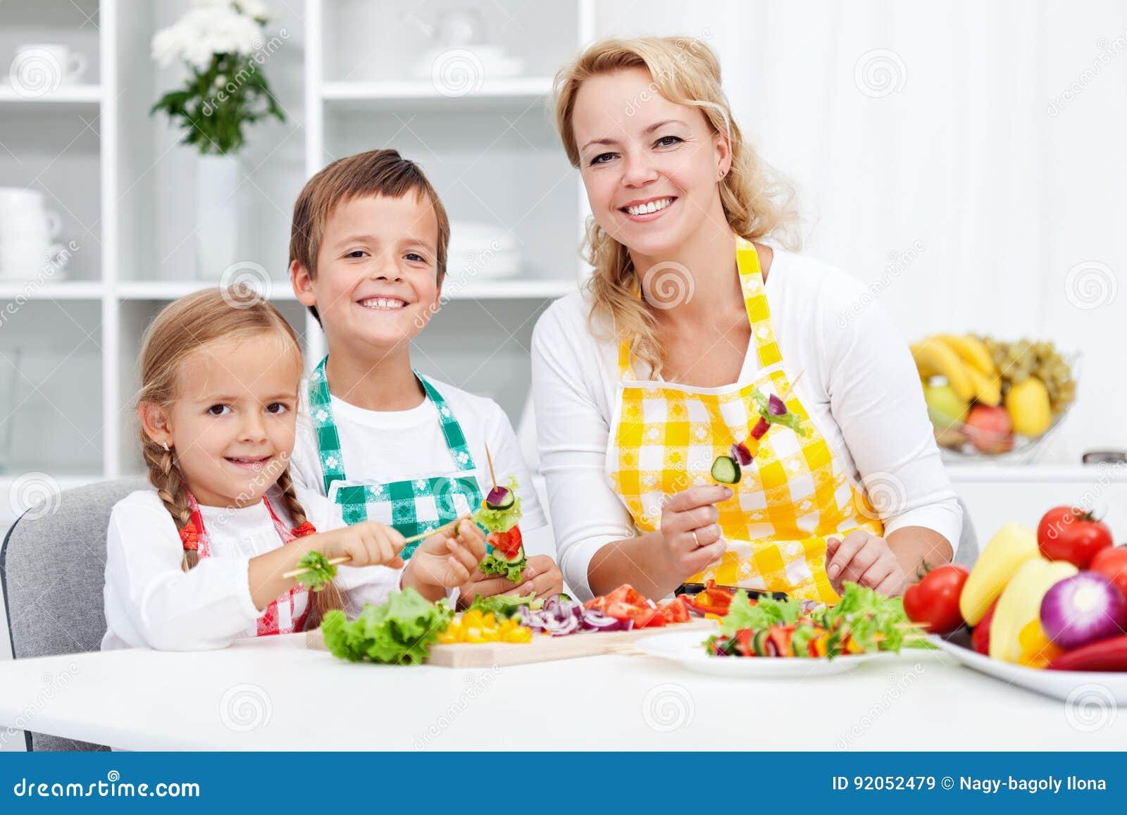 Dzieciaki z ich matką w kuchni