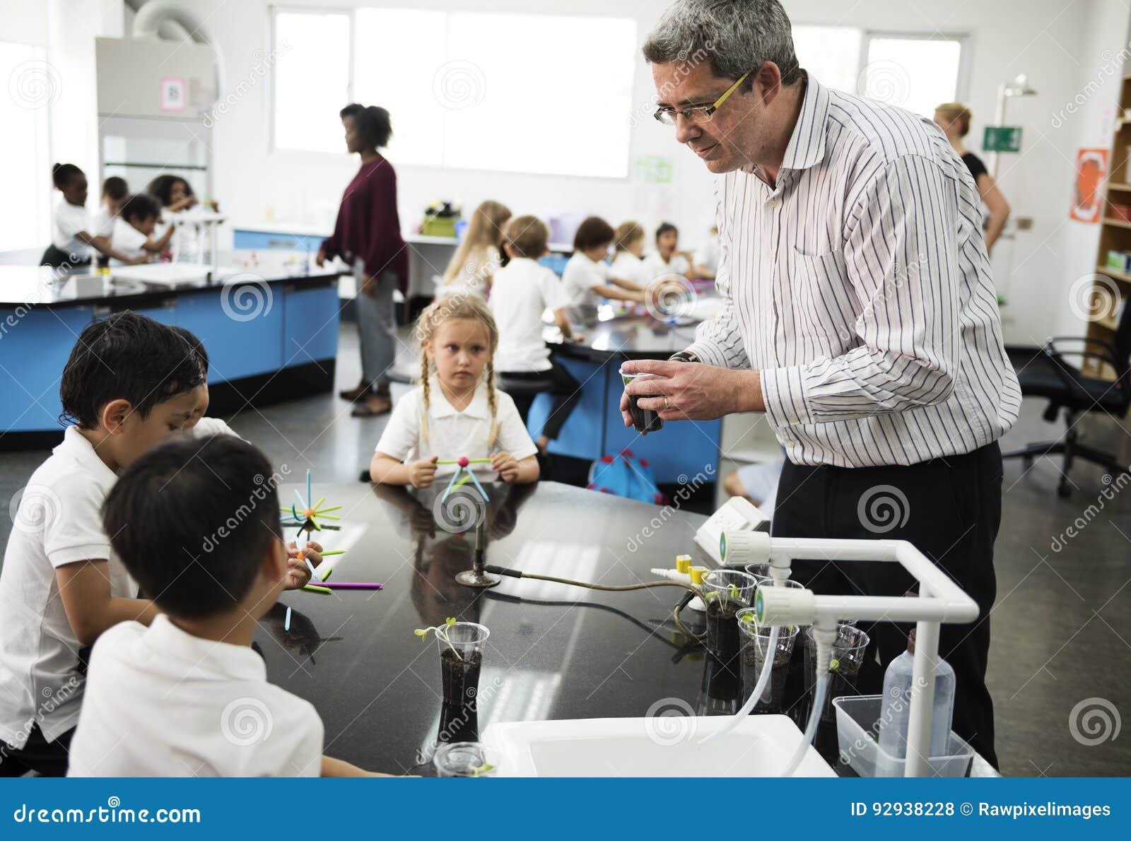 Dziecinów ucznie uczy się eksperyment w klasie