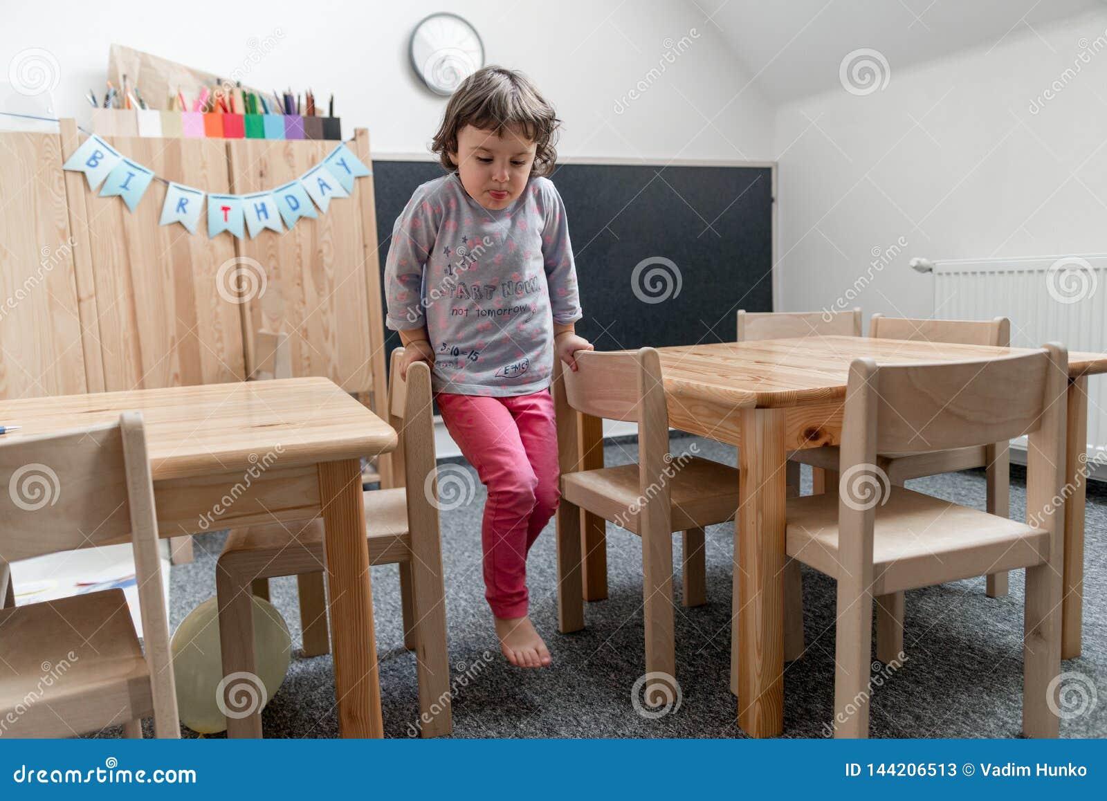 Dziecina poj?cie Szczęśliwa preschool dziewczyna bawić się zabawę i ma