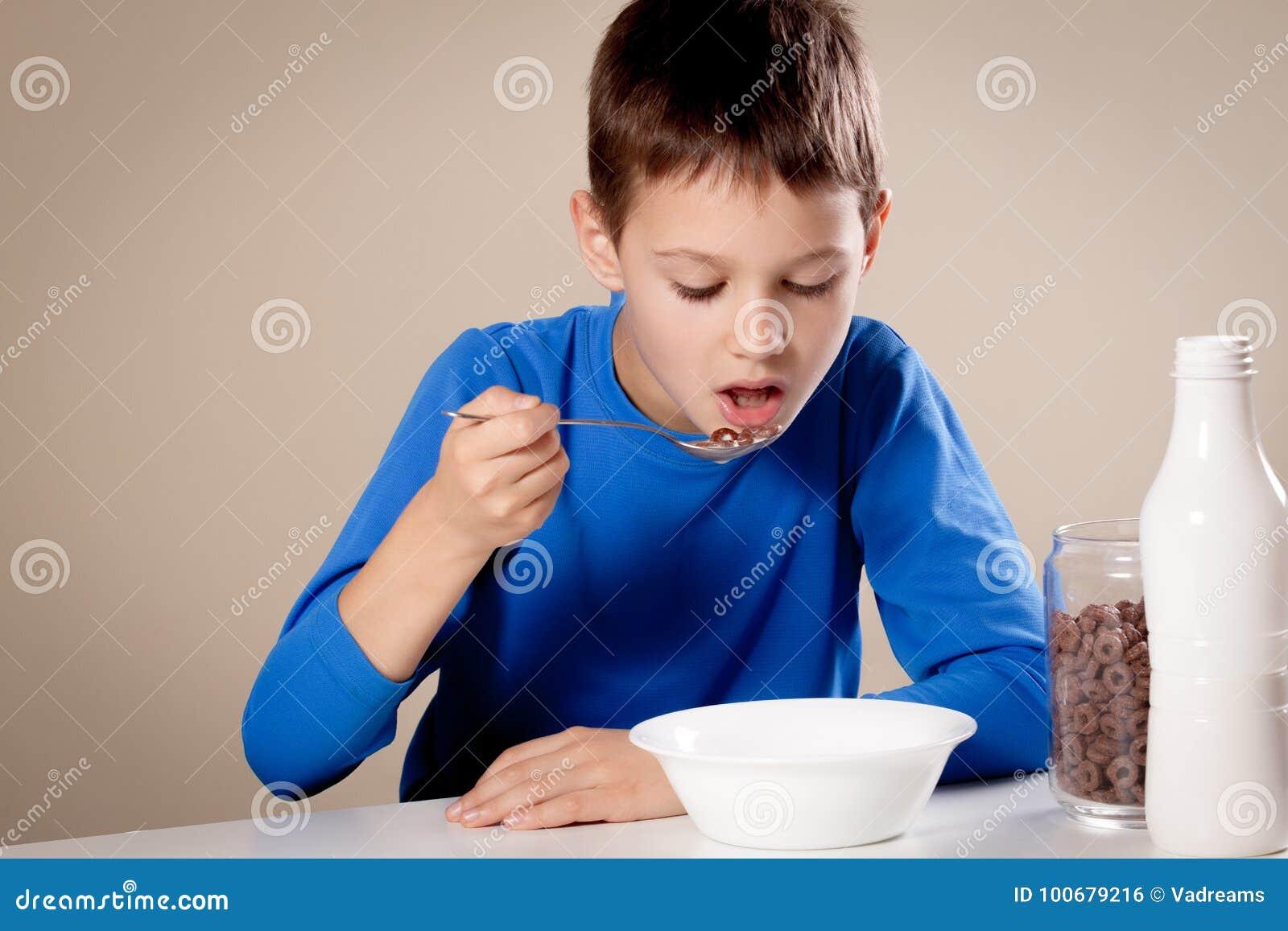 Dziecka łasowania chololate zboża z mlekiem dla śniadania