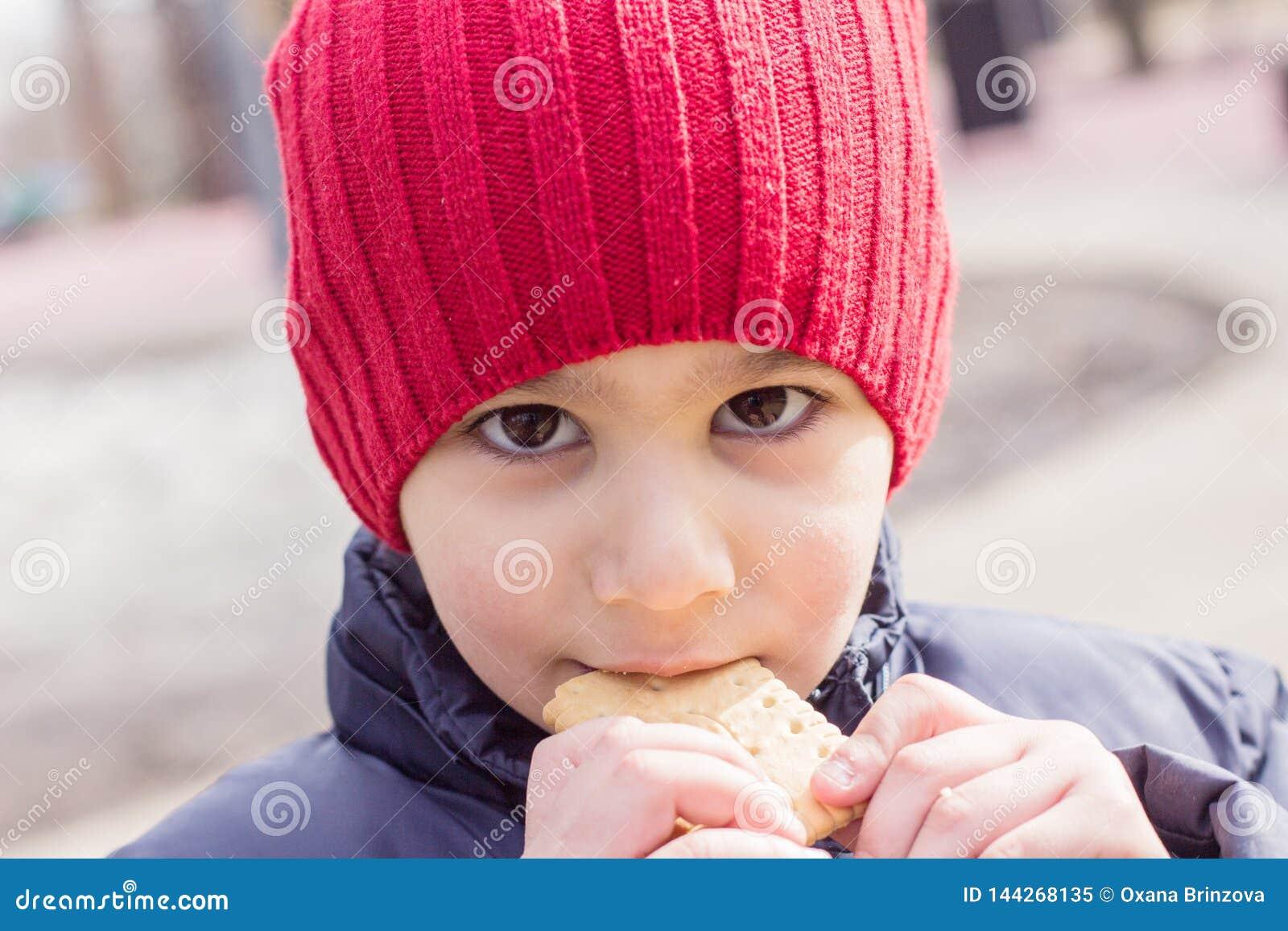 Dziecka łasowania ciastka outdoors Emocjonalny zako?czenie portret
