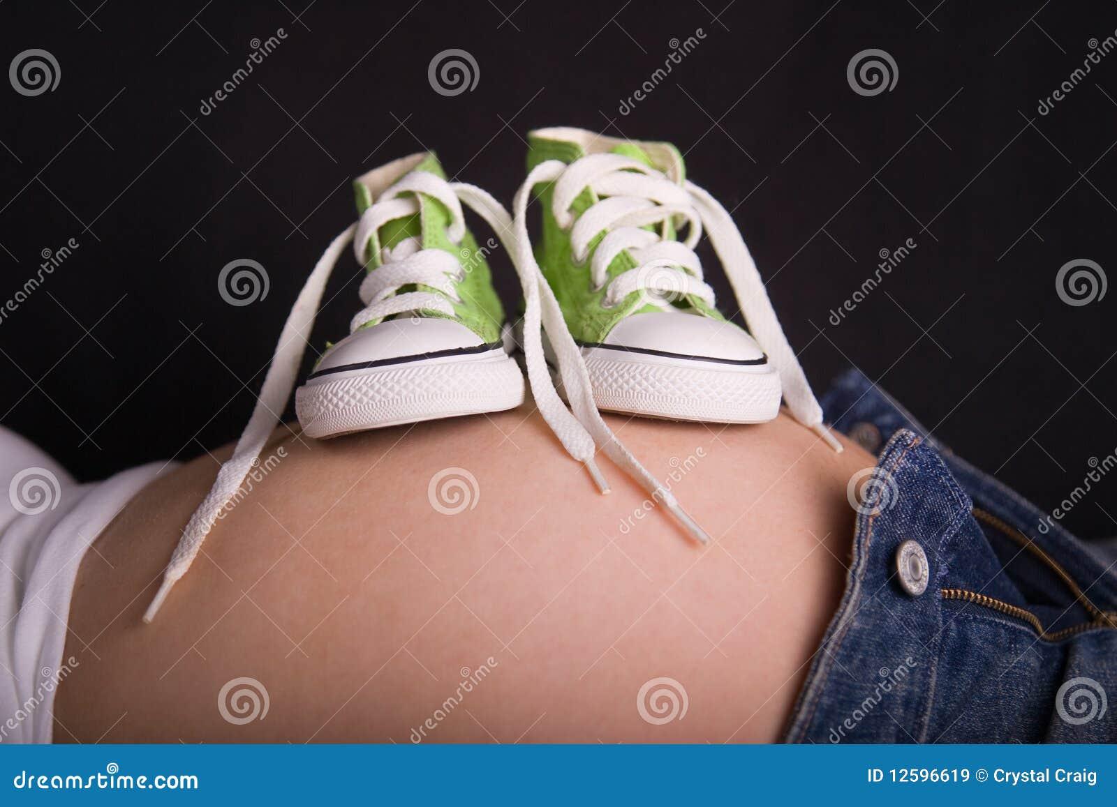 Dziecka brzucha ciężarni buty