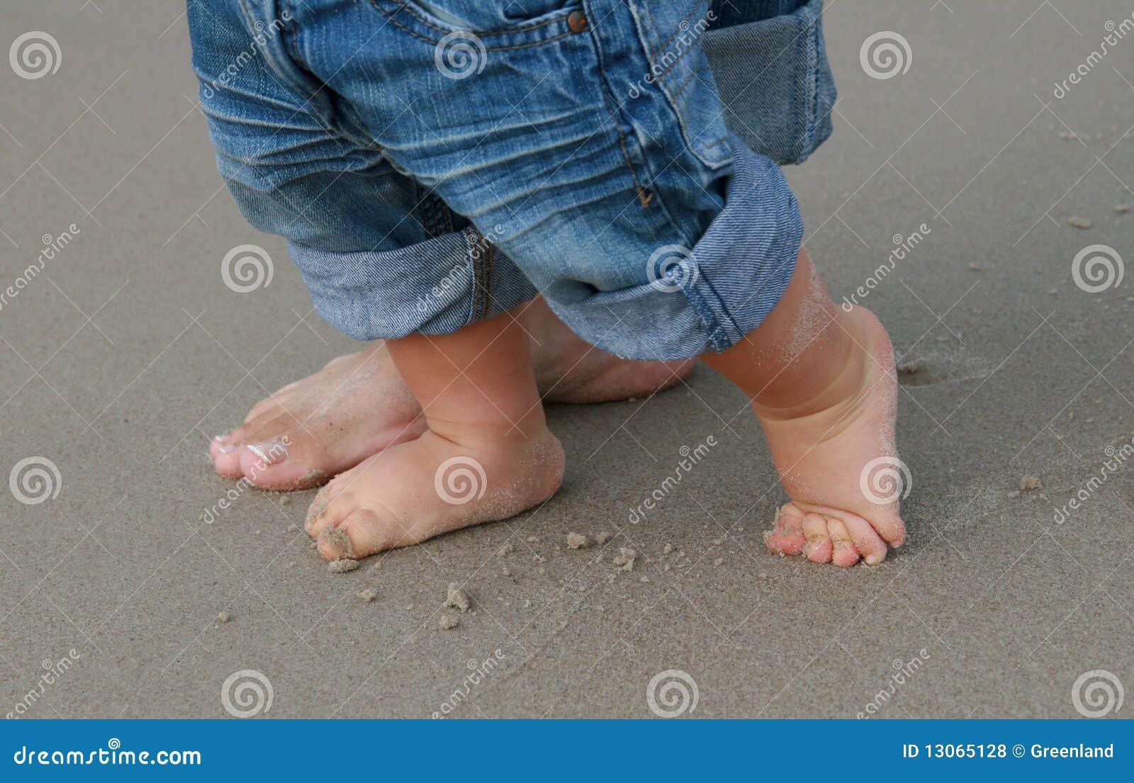 Dziecka cieków pierwszy s piaska krok
