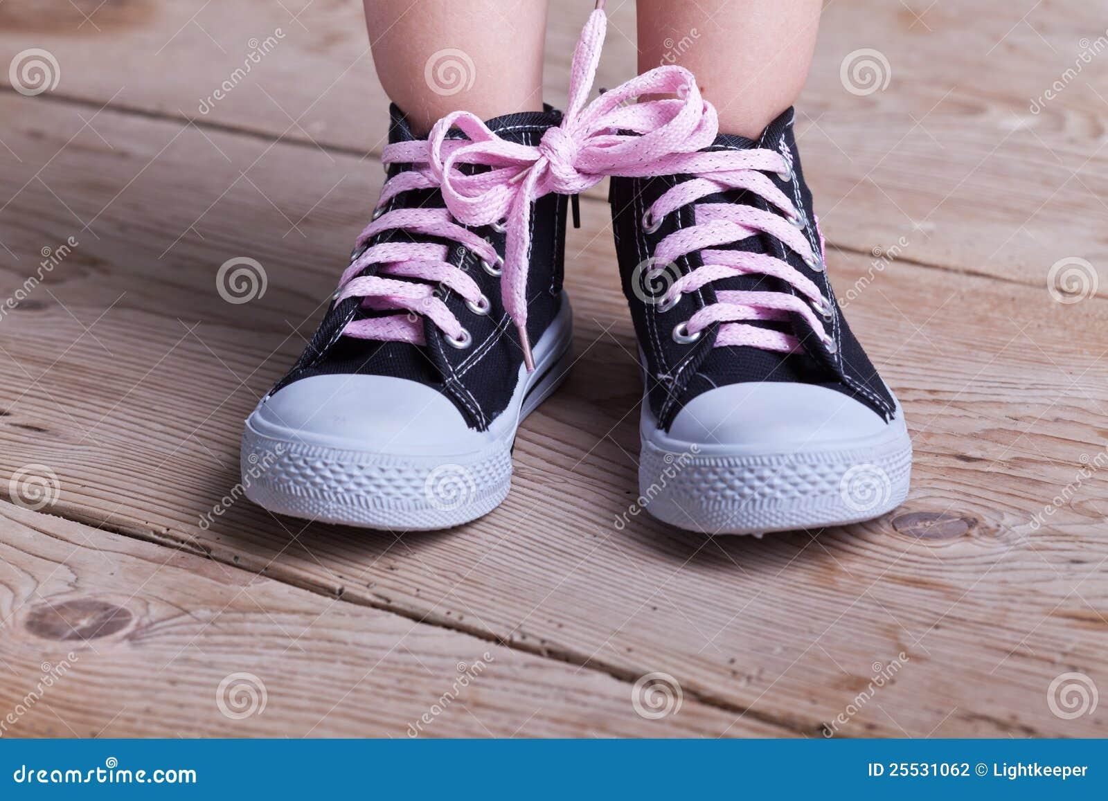 Dziecka częściowy butów sukces wiązał dwa