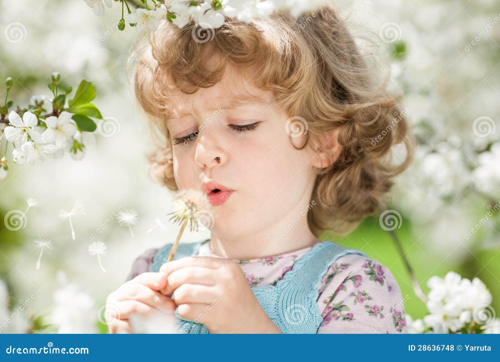 Dziecka dmuchanie na dandelion